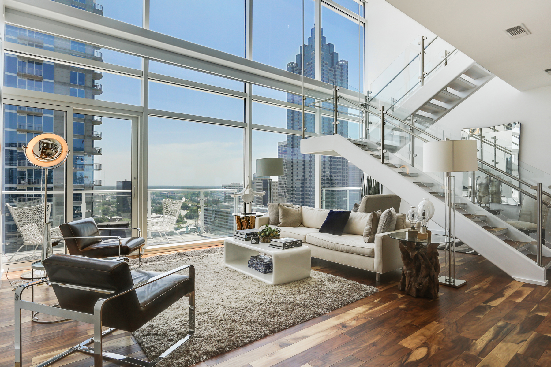 Кондоминиум для того Продажа на Sophisticated 2-Level Atlanta Penthouse with Luxury Hotel Amenities 45 Ivan Allen Jr Boulevard NW PH#2706 Atlanta, Джорджия, 30308 Соединенные Штаты