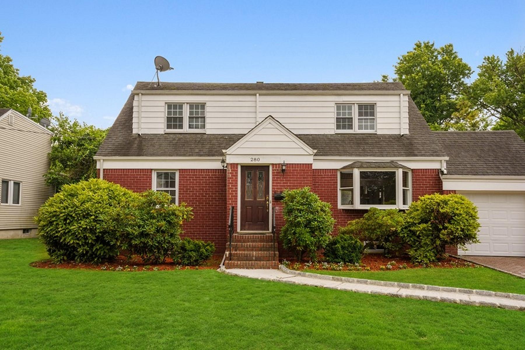 Single Family Homes para Venda às Classic Charm 280 Madison Ave, Cresskill, Nova Jersey 07626 Estados Unidos