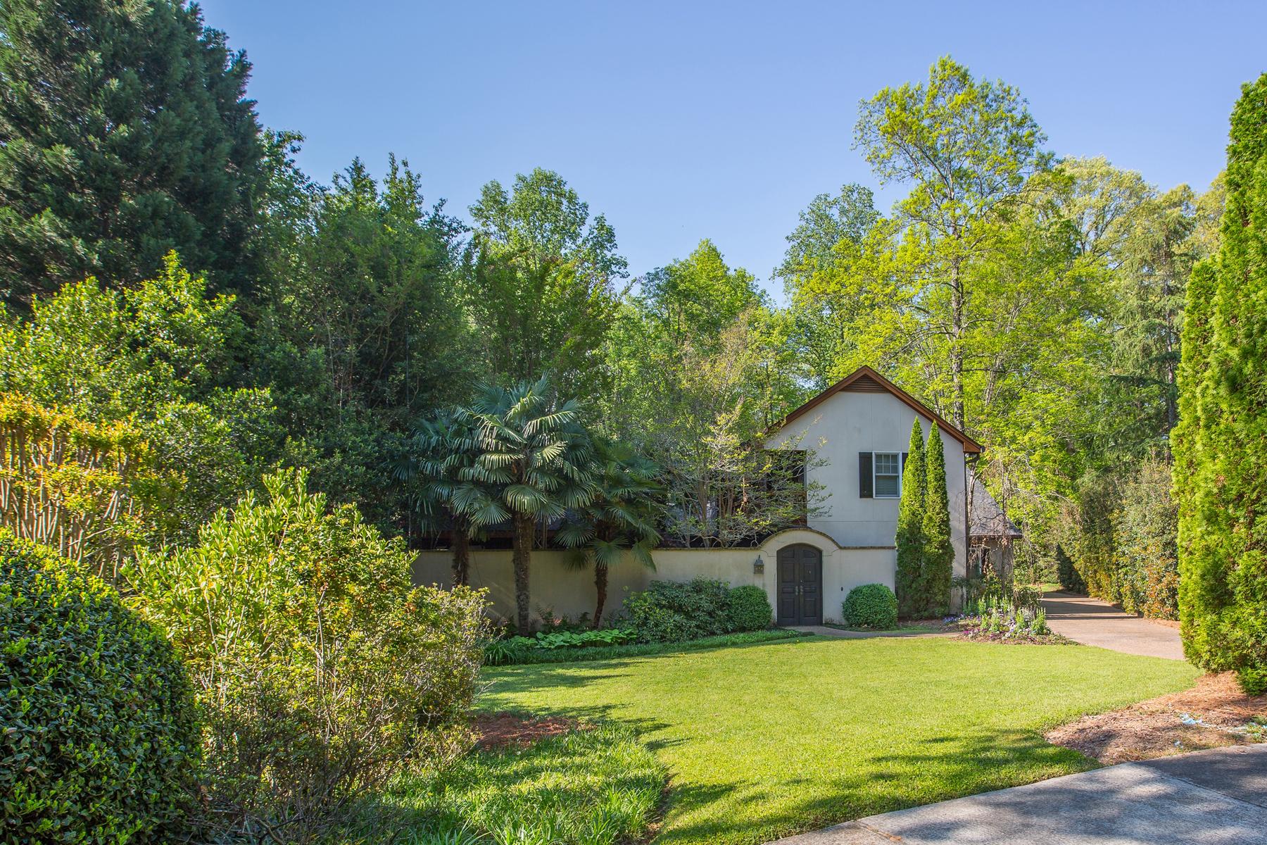 Maison unifamiliale pour l Vente à Gorgeous Island-Inspired Home 4 Arden Moor NW Buckhead, Atlanta, Georgia, 30305 États-Unis