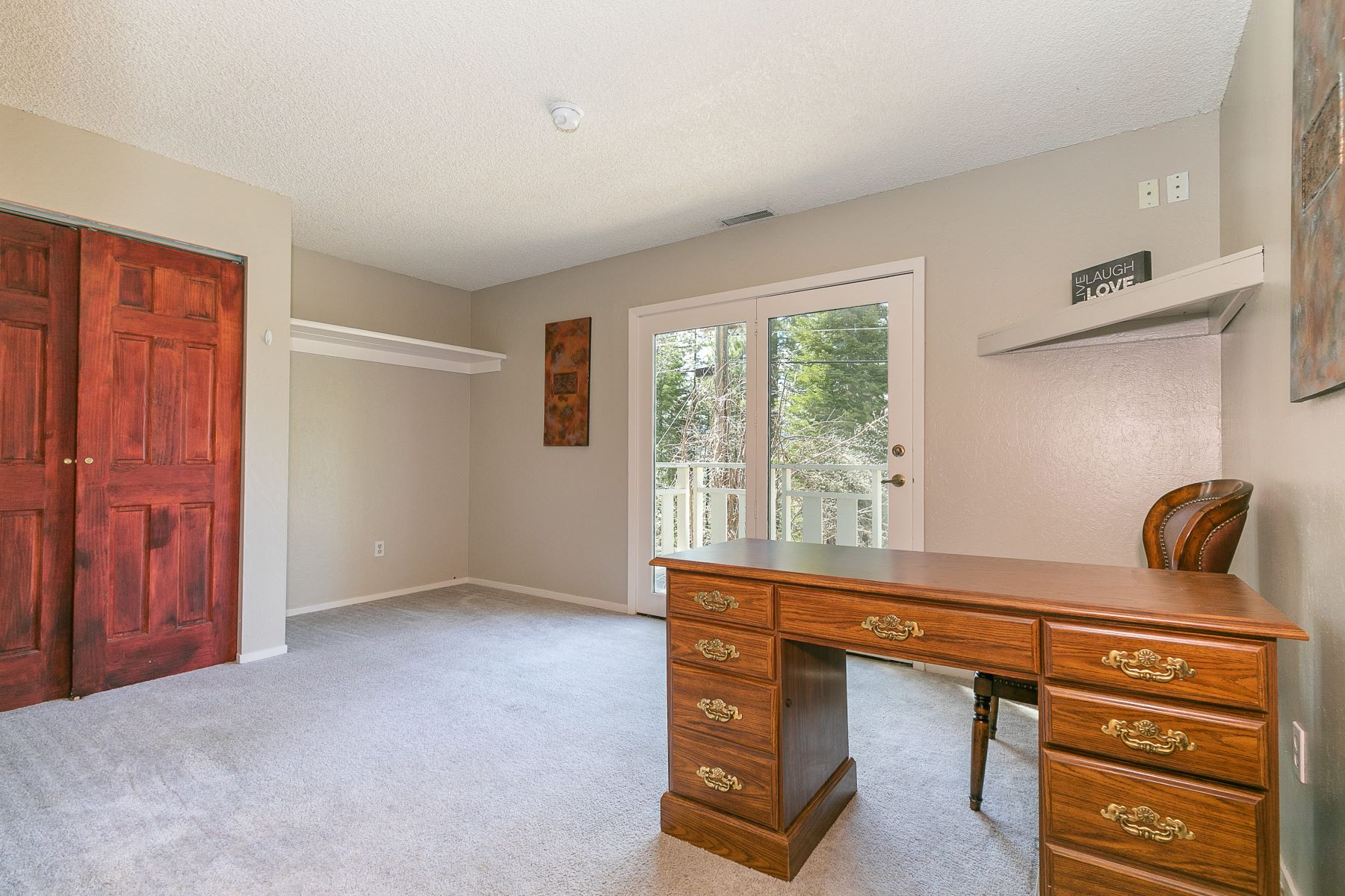 Additional photo for property listing at Elevated in Desirable South Lake Tahoe Area 1571 Skyline Drive South Lake Tahoe, California 96150 Estados Unidos