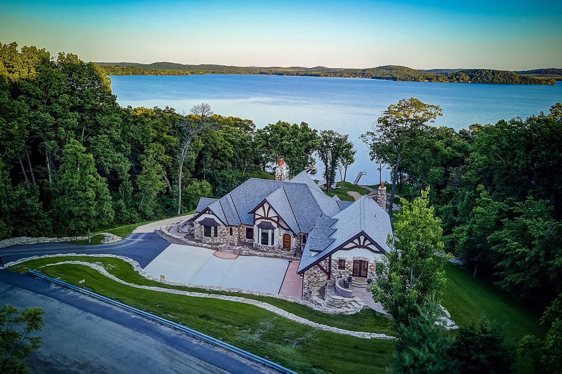 Single Family Homes のために 売買 アット Spectacular Lake Wisconsin Lodge N3336 Koepp Rd, Merrimac, ウィスコンシン 53561 アメリカ