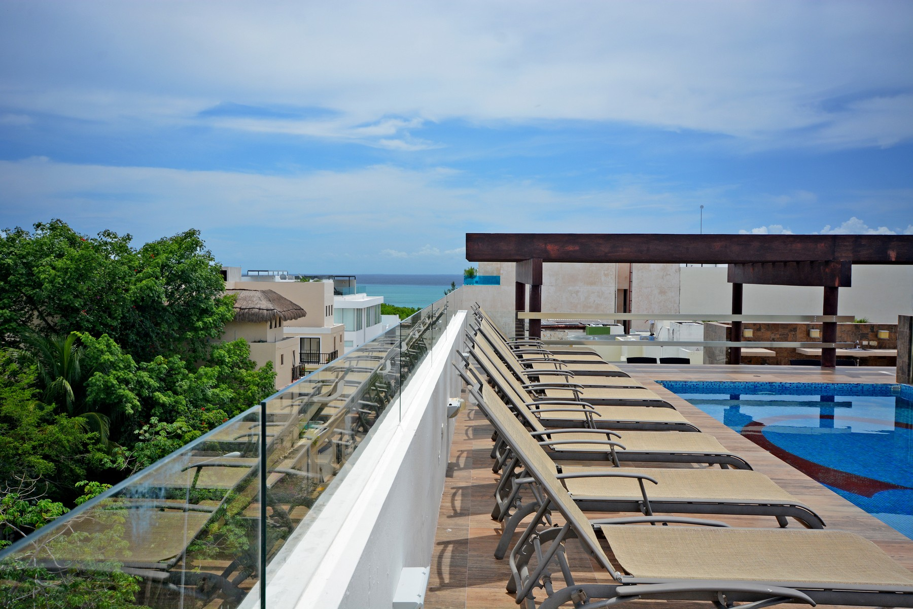 Condominio por un Venta en ESPACIOSO 3 RECÁMARAS A 2 PASOS DE LA PLAYA Gorgeous large 3 bedroom 2 steps from the beach Lot 006, 1st. North Avenue, Mza. 157, between 40th & 42th North streets, Playa Del Carmen, Quintana Roo, 77710 México