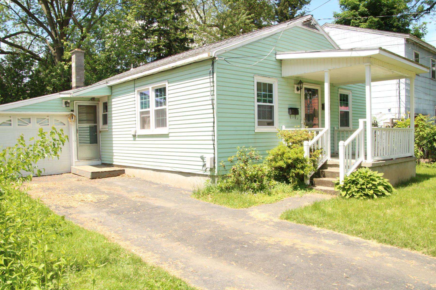 Single Family Homes för Försäljning vid One Floor Living 1989 10th St., Rensselaer, New York 12144 Förenta staterna