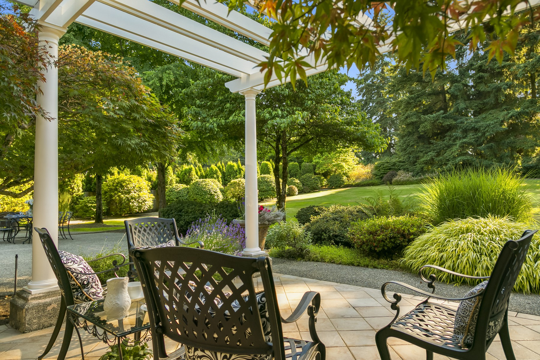 Additional photo for property listing at Architecturally Distinct Hollywood Hills Estate 15430 NE 152nd Place Woodinville, Washington 98072 United States