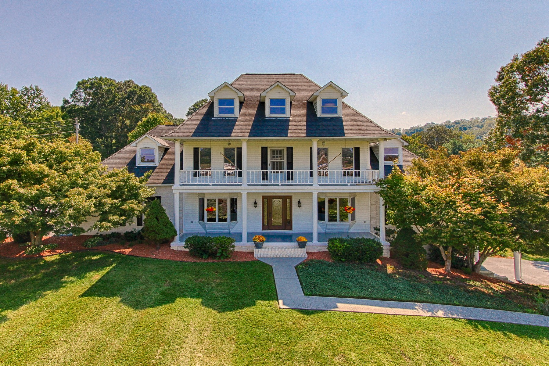 Частный односемейный дом для того Продажа на Private 13+ Acre Estate 905 Old Highway 33 New Tazewell, Теннесси 37825 Соединенные Штаты