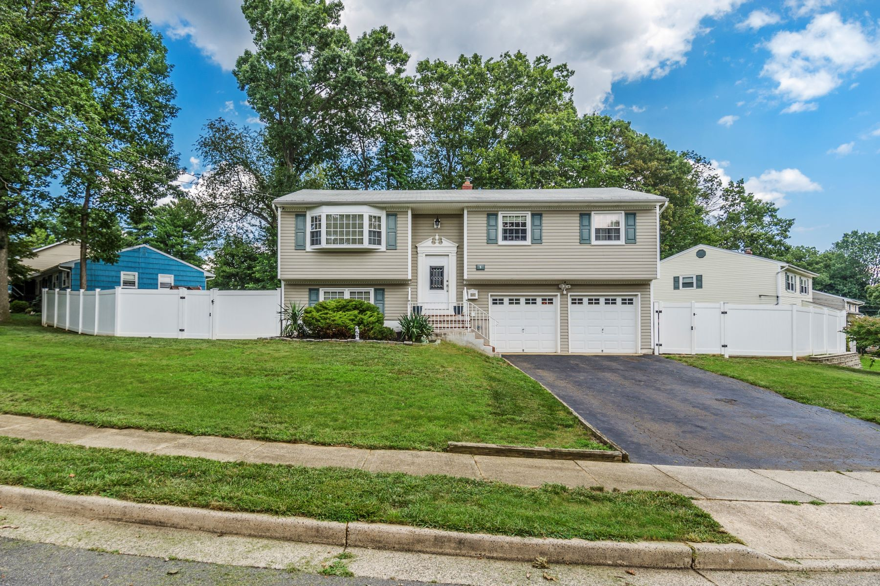 Single Family Homes للـ Sale في Warm Updates, Great Schools, Easy Commute! 8 Birch Hill Road, East Brunswick Township, New Jersey 08816 United States