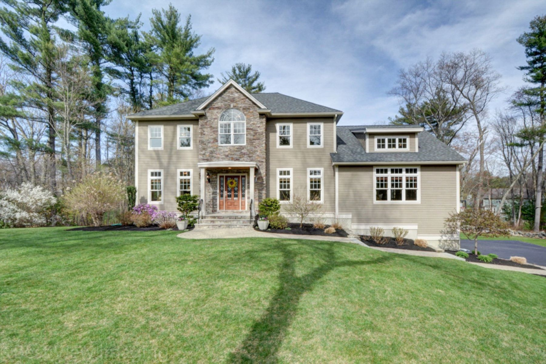 Casa Unifamiliar por un Venta en Style and Class 1 Hilltop Drive Bedford, Massachusetts, 01730 Estados Unidos