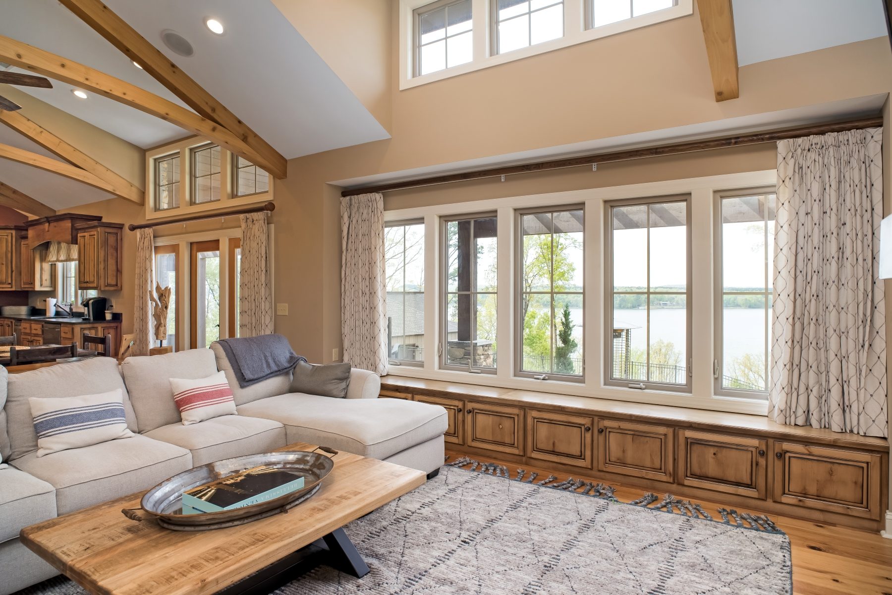 Single Family Homes pour l Vente à Pickwick Lake Entertainer's Dream with a Water View 60 Breathtaking Loop, Savannah, Tennessee 38372 États-Unis