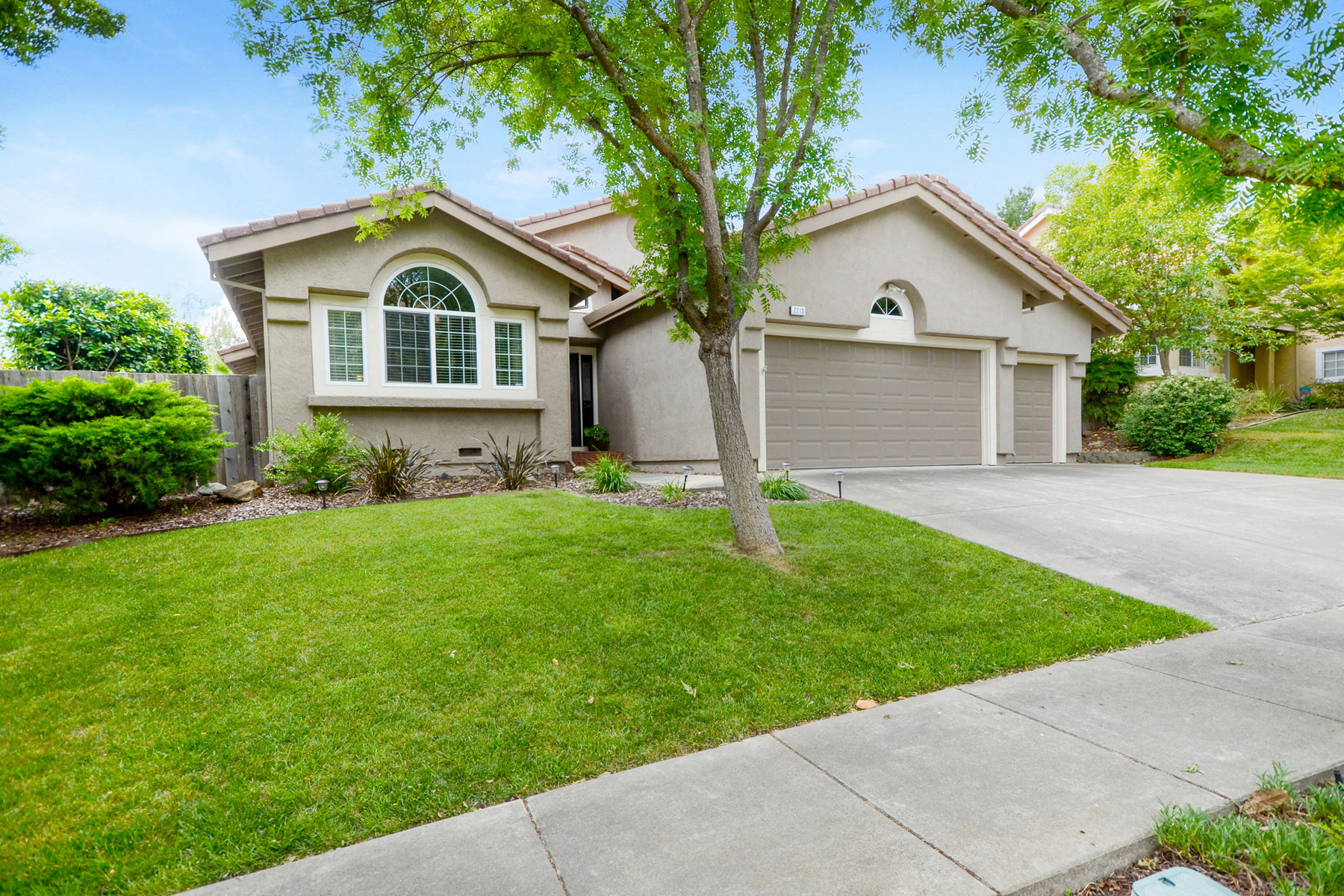 Single Family Home for Sale at Vaulted Ceilings and Natural Light on the West Side 2213 Fox Glen Drive Fairfield, California 94534 United States
