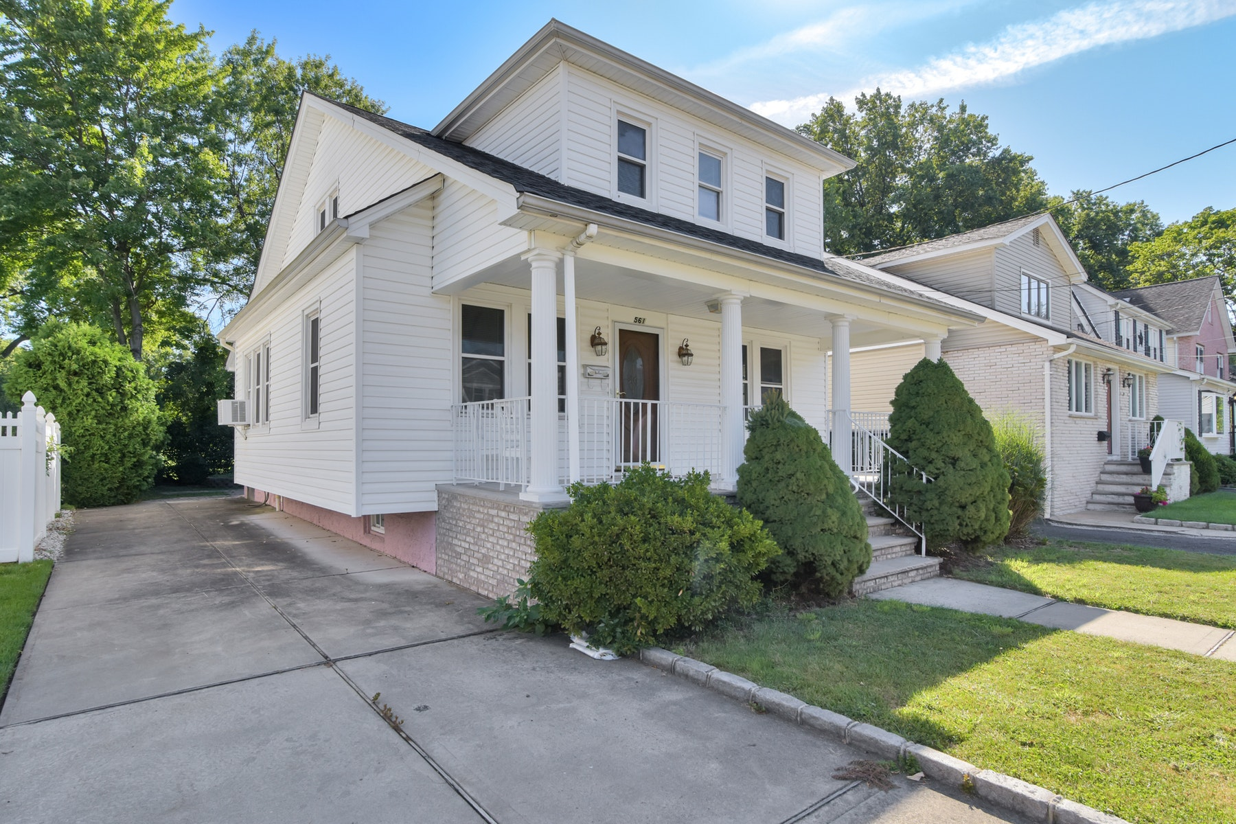 Single Family Homes for Sale at Charming Home Overlooking Golf Course 561 Golf Terrace Union, New Jersey 07083 United States