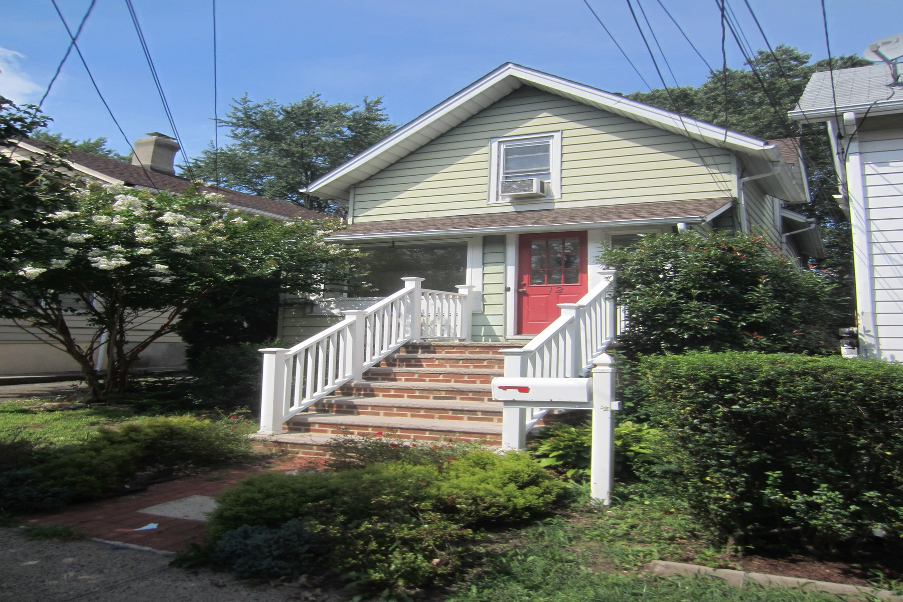 Property для того Аренда на Updated Colonial for Rent 12 Charles Street, Montclair, Нью-Джерси 07042 Соединенные Штаты