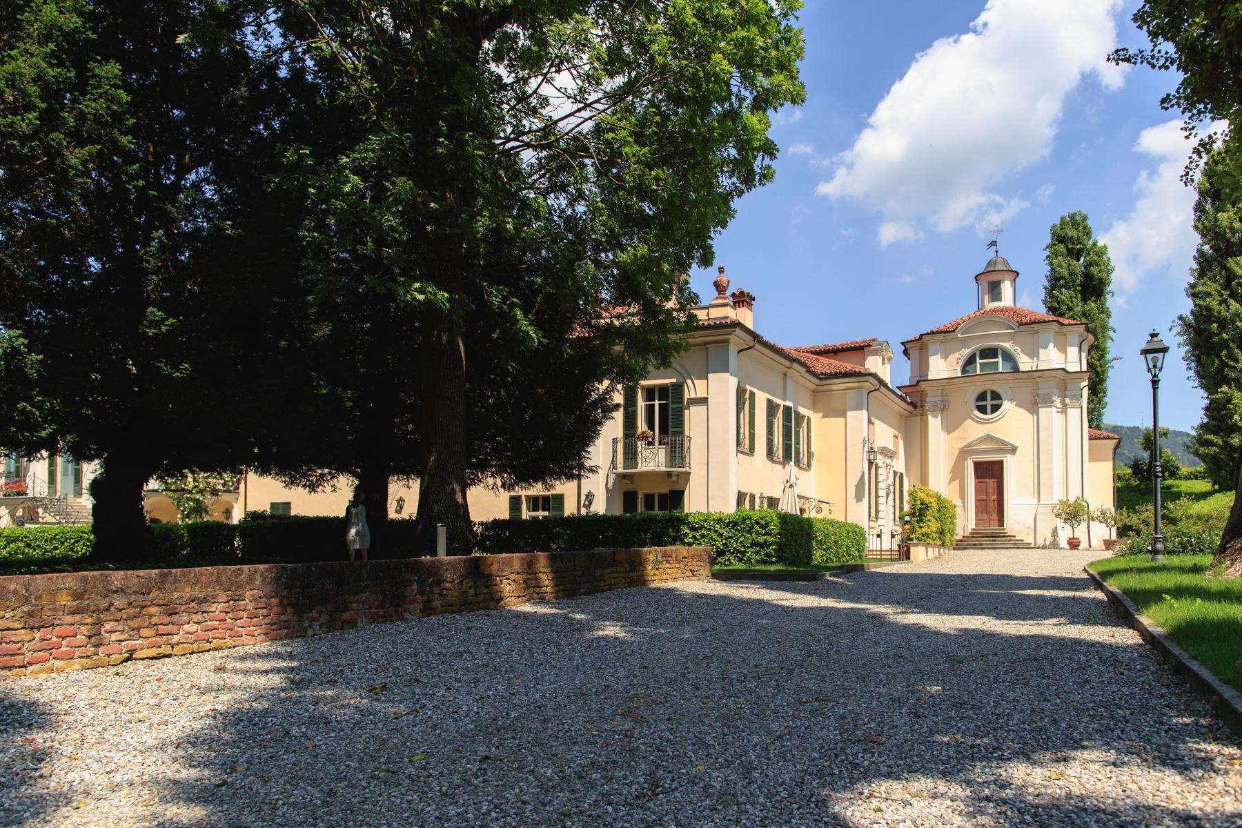 Apartamento por un Venta en Elegant apartment in a 18th century villa Strada San Michele Moncalieri, Turin 10024 Italia
