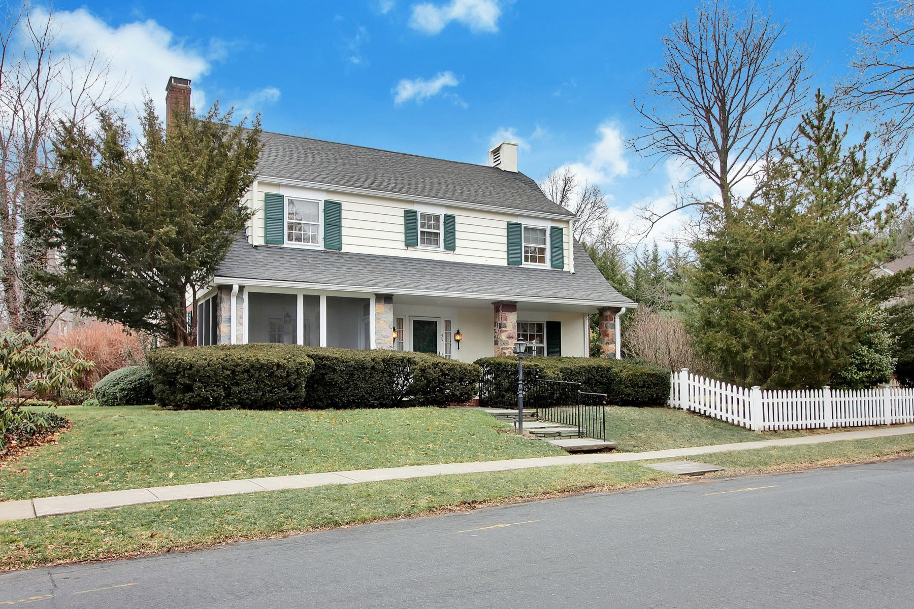 Maison unifamiliale pour l Vente à Gracious Center Hall Colonial 29 Ferncliff Terrace, Short Hills, New Jersey 07078 États-Unis