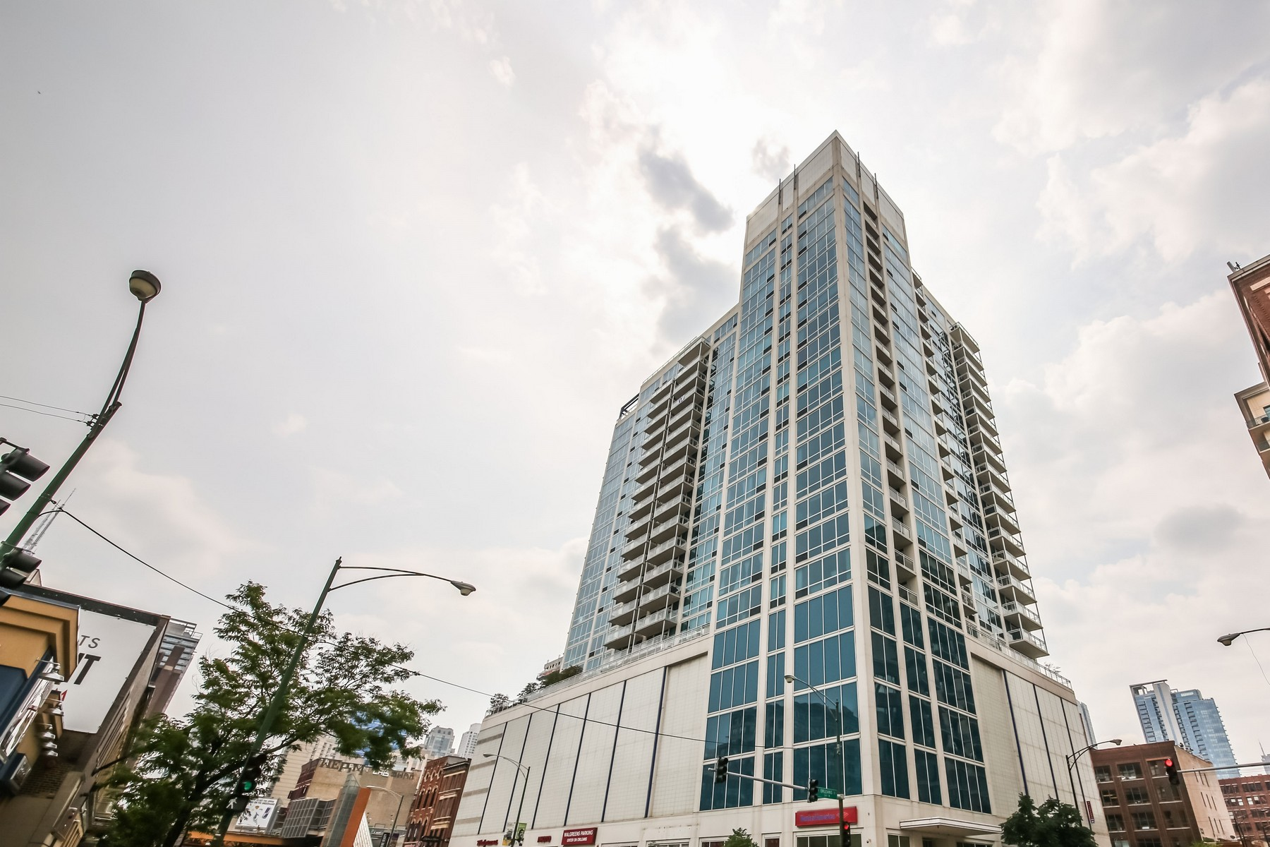 شقة بعمارة للـ Sale في Stunning One Bedroom Condo 757 N Orleans Street Unit 2003, Near North Side, Chicago, Illinois, 60654 United States