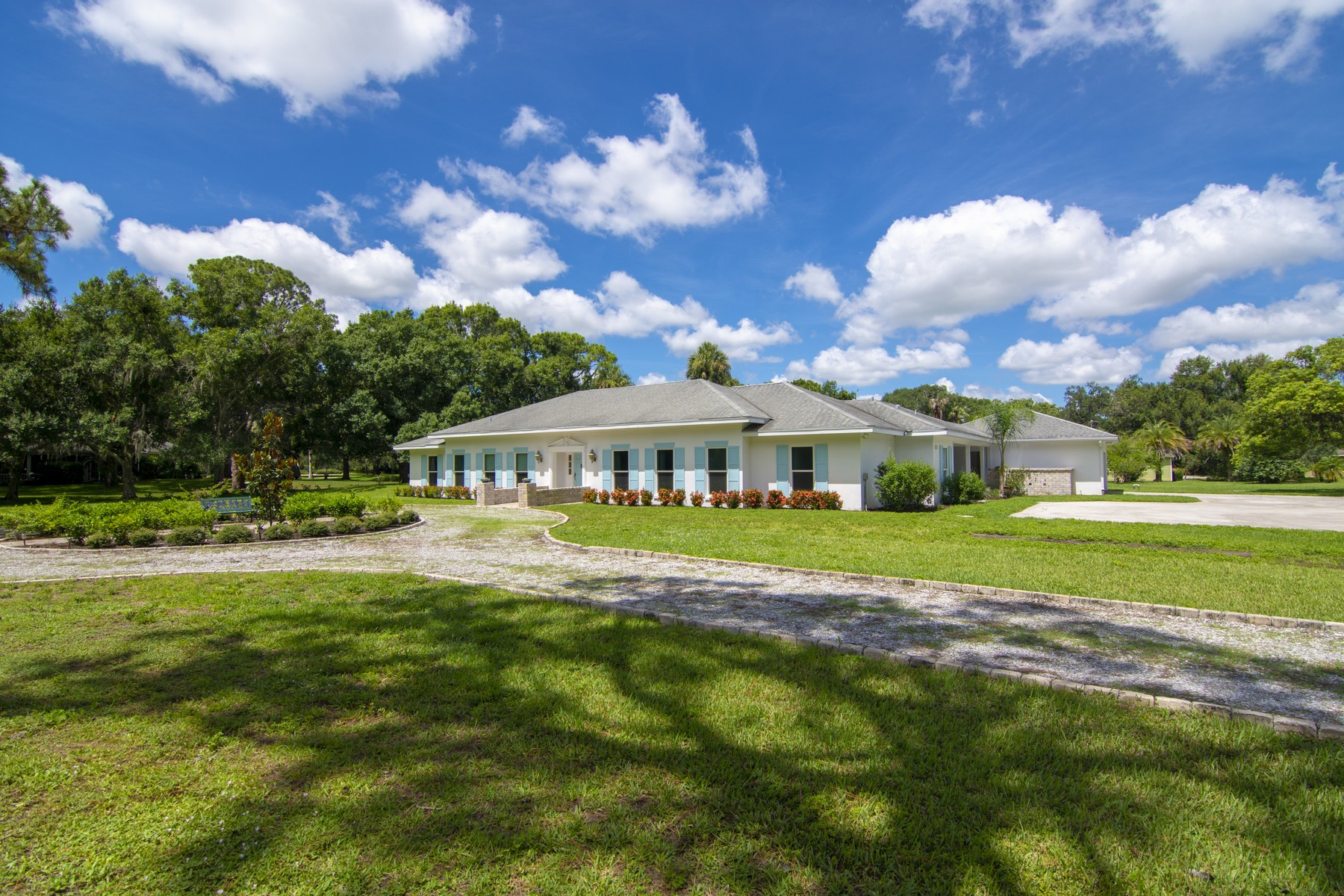 Property vì Bán tại Beautifully Renovated Pool Home On Doctor's Row 1416 48th Avenue Vero Beach, Florida 32966 Hoa Kỳ