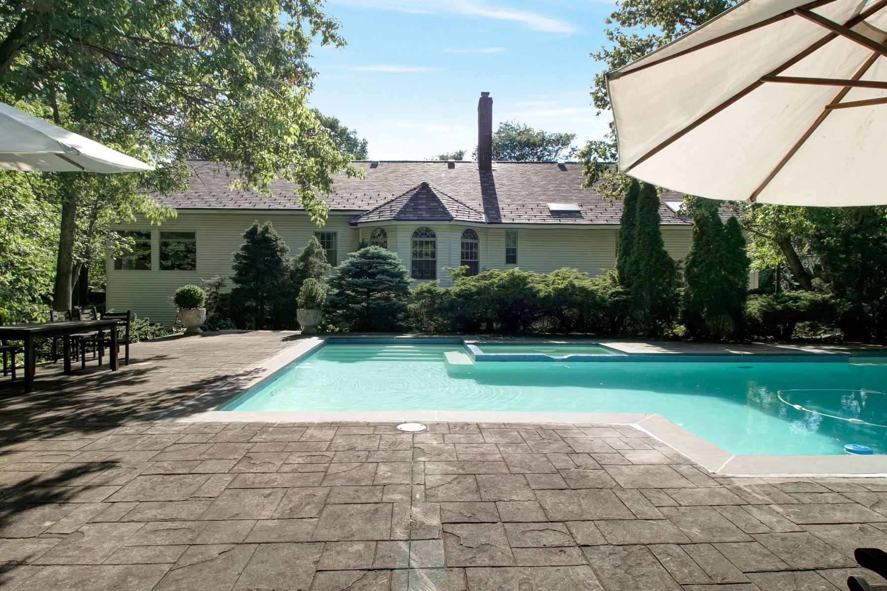 Частный односемейный дом для того Продажа на Stunning East Hill Home! 30 Lancaster Road Tenafly, Нью-Джерси 07670 Соединенные Штаты