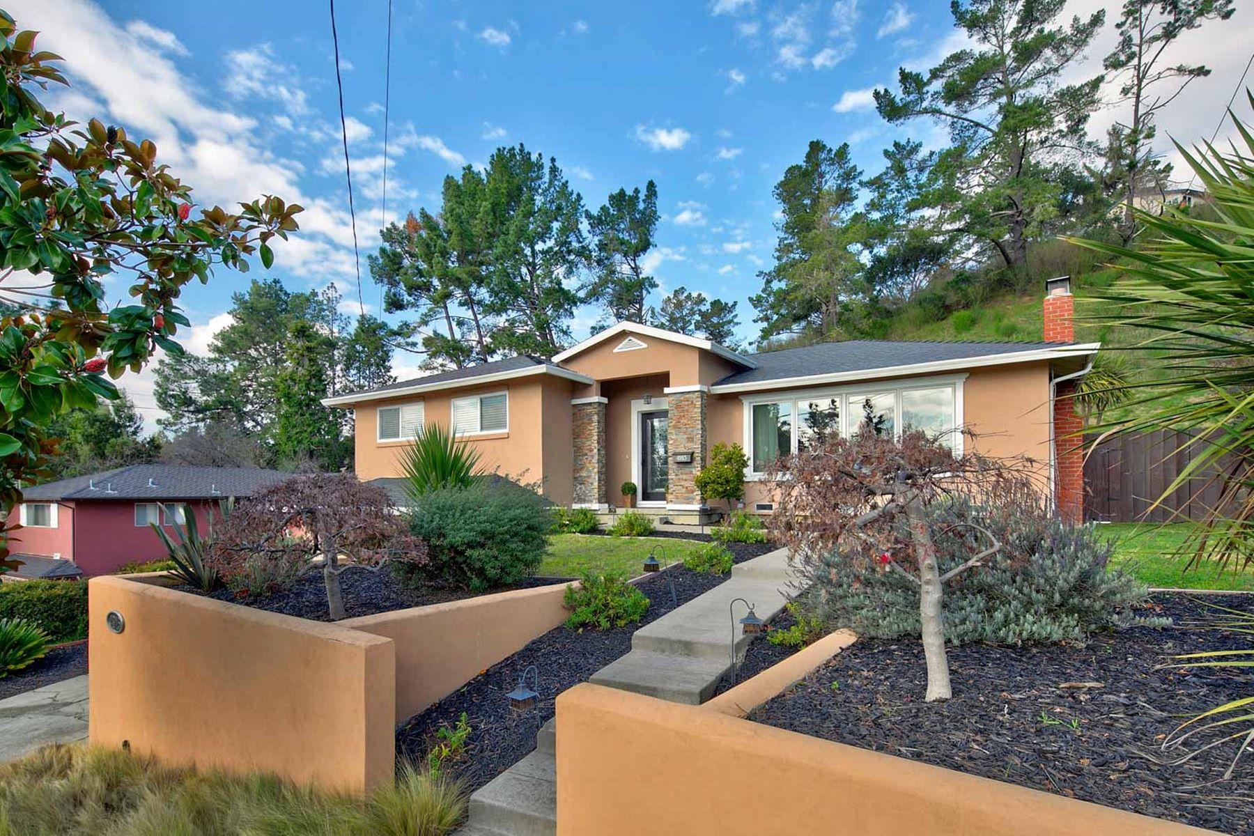 Casa Unifamiliar por un Venta en One Of A Kind Home 4915 Scotia Avenue Oakland, California 94605 Estados Unidos