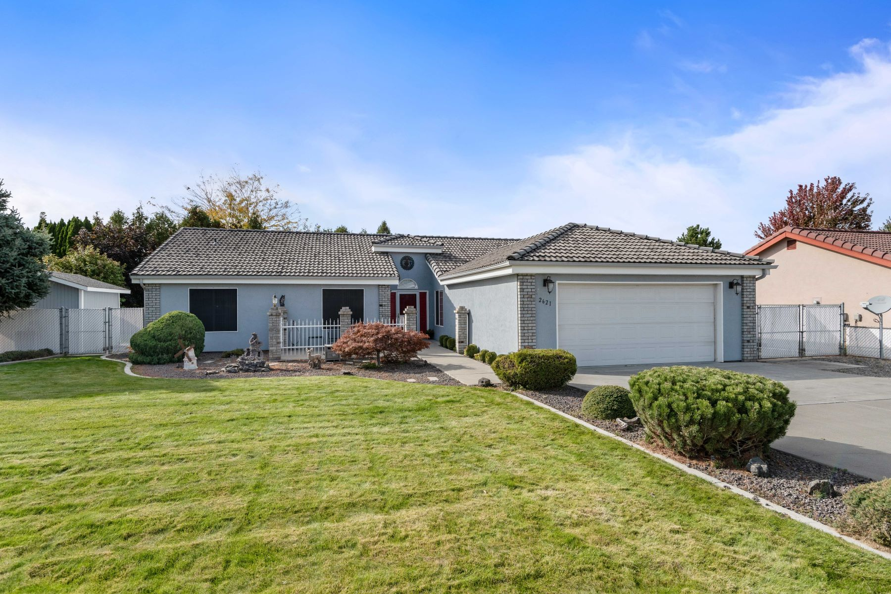 Single Family Homes for Sale at Immaculate West Richland Rambler 2621 Royal Palm Avenue West Richland, Washington 99353 United States