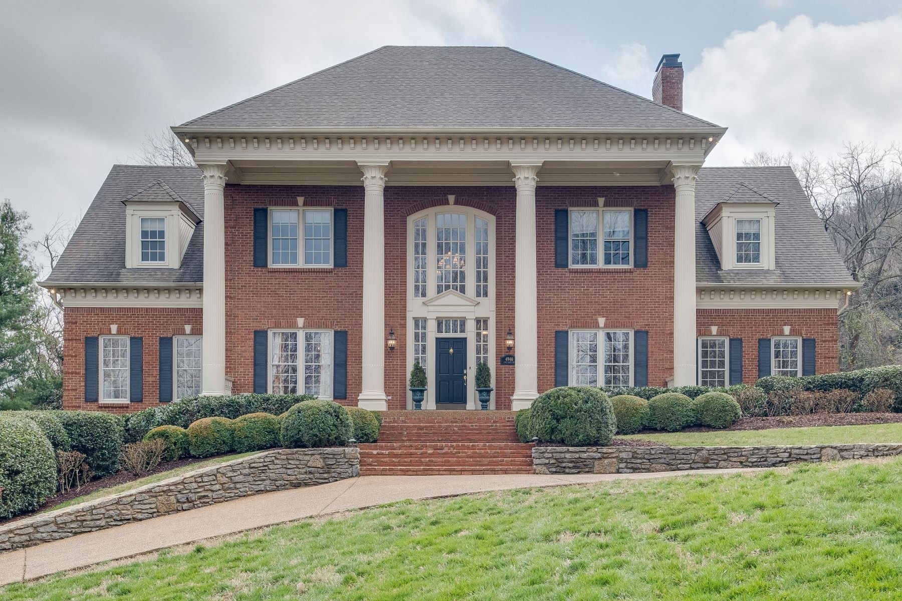 Single Family Homes pour l Vente à Stately Home Backs to Radnor Lake! 4946 Tyne Valley Blvd, Nashville, Tennessee 37220 États-Unis