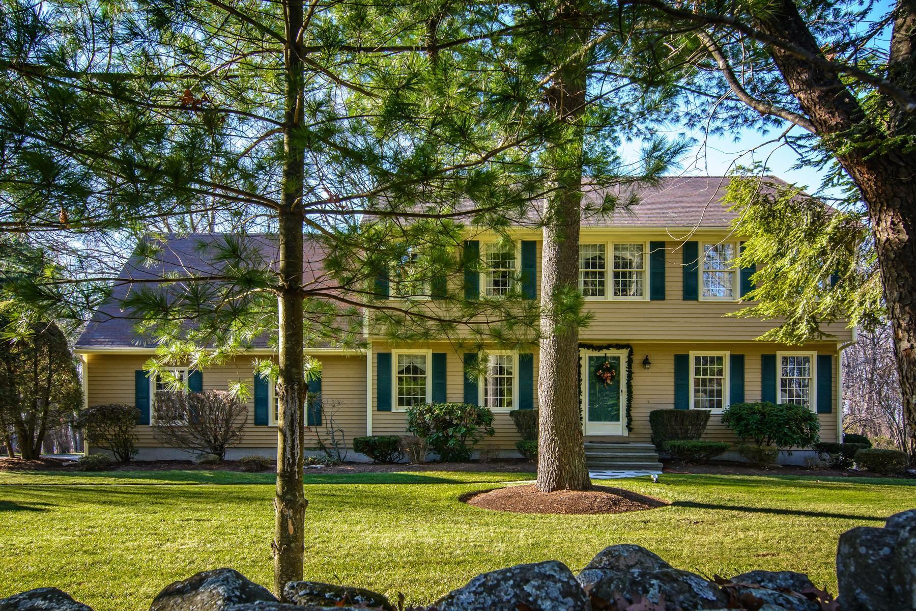 Maison unifamiliale pour l Vente à Lovely Colonial on a Country Road 33 Lackey Street Westborough, Massachusetts, 01581 États-Unis