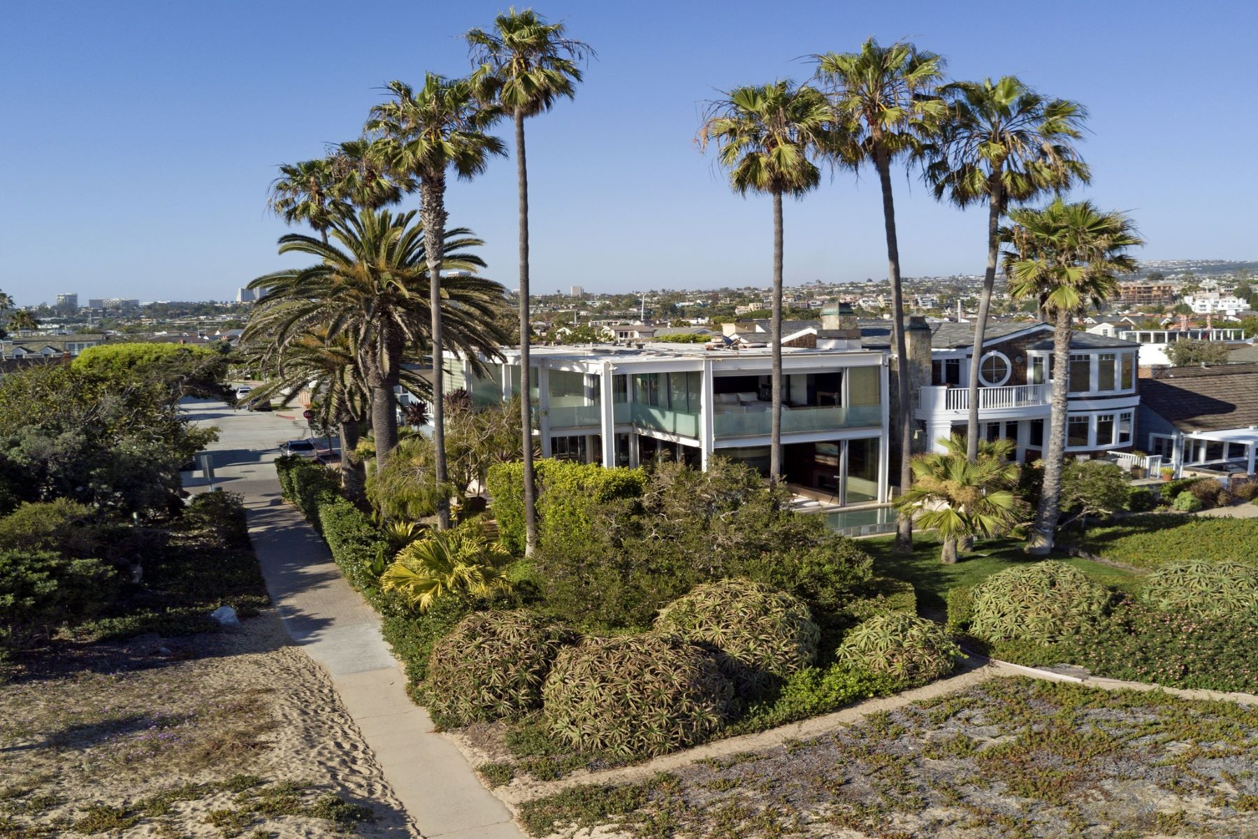 Additional photo for property listing at 2000 E Oceanfront  Newport Beach, California 92661 United States