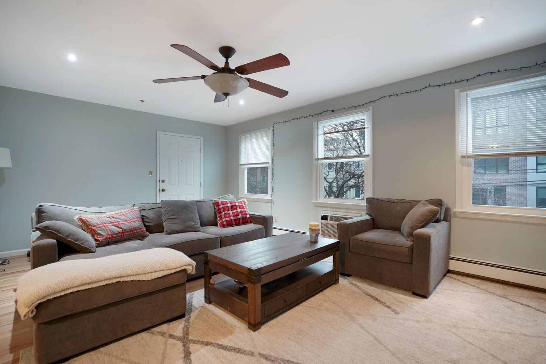 Single Family Homes vì Bán tại You are home! Large 2 bedroom duplex with great floor plan. 619 Madison Street, Unit 1B, Hoboken, New Jersey 07030 Hoa Kỳ