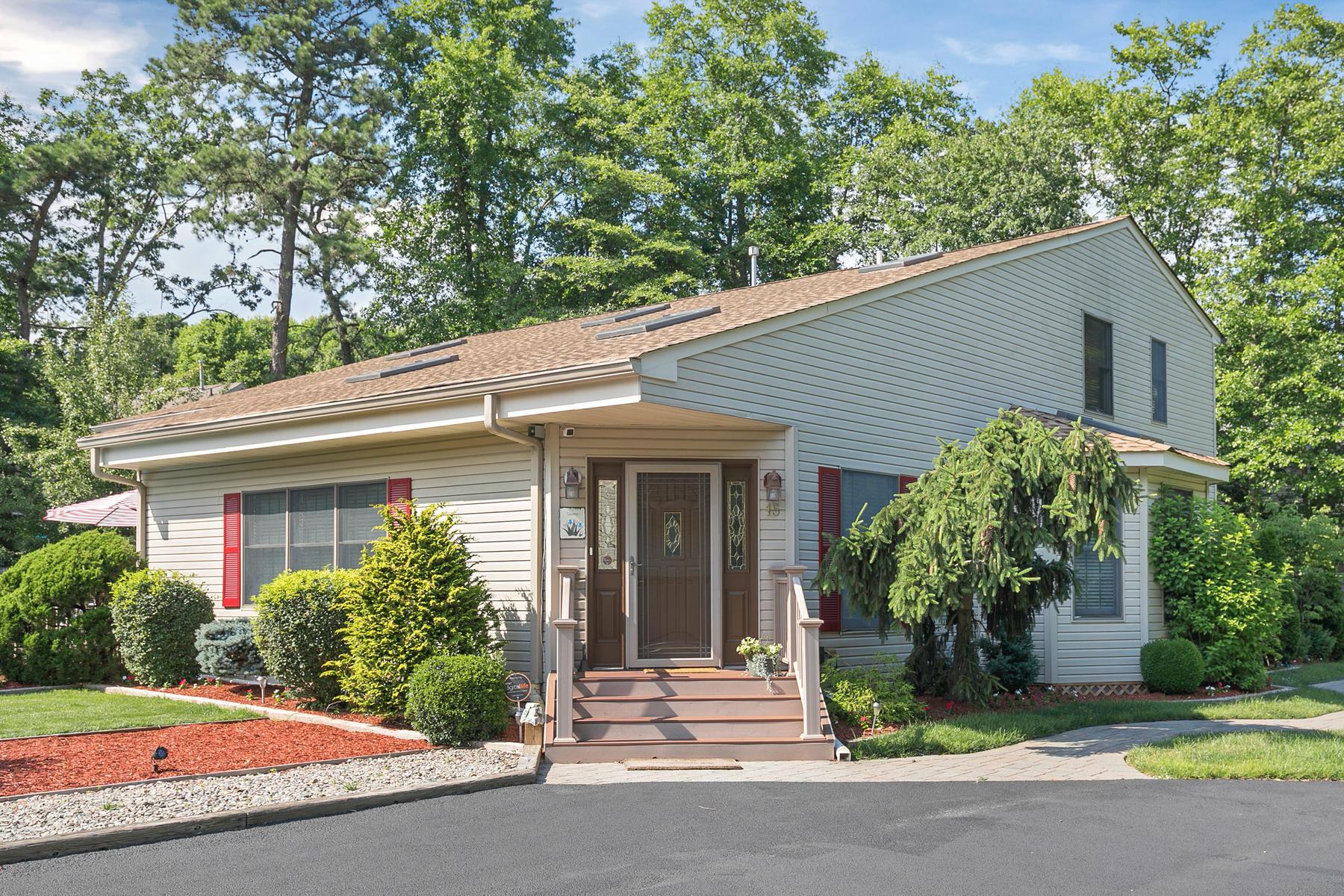 Casa para uma família para Venda às Exceptional Home Located On Professionally Landscaped Private Acre 15 Kuster Lane Brick, Nova Jersey, 08724 Estados Unidos