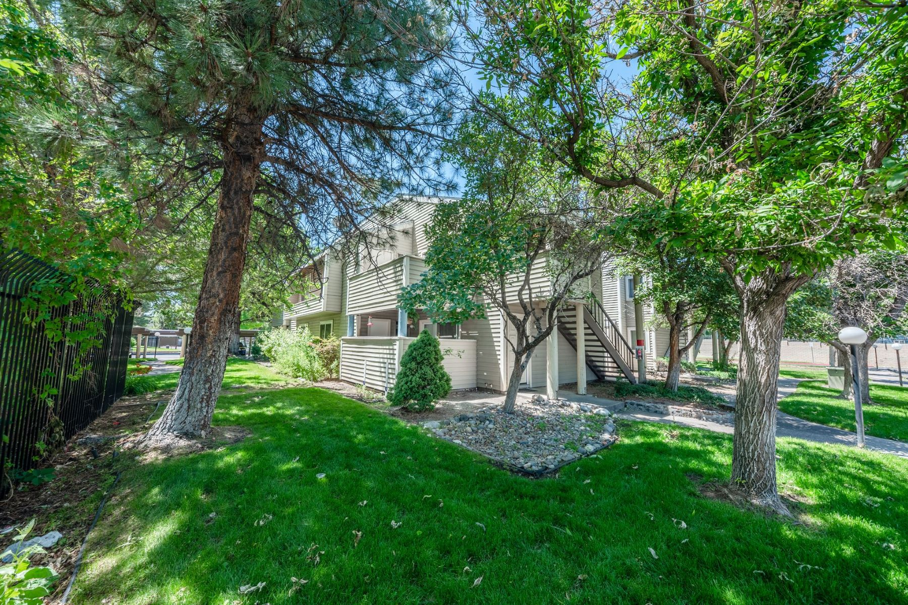 Condominiums для того Продажа на Updated Sparks Condo 2158 Roundhouse Rd, Sparks, Невада 89431 Соединенные Штаты
