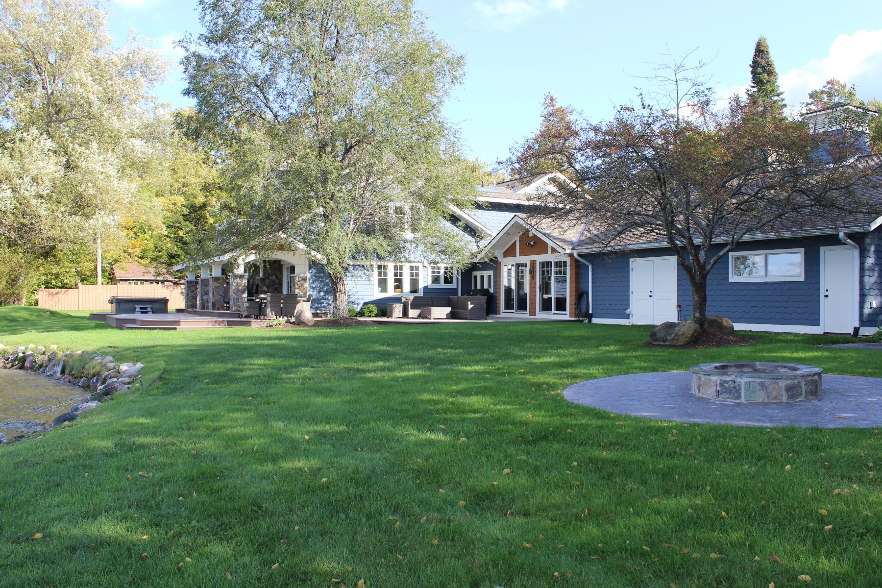 Single Family Homes 为 销售 在 Waterfront Home on Pickerel Lake 9633 Trails End Road 佩托斯基, 密歇根州 49770 美国