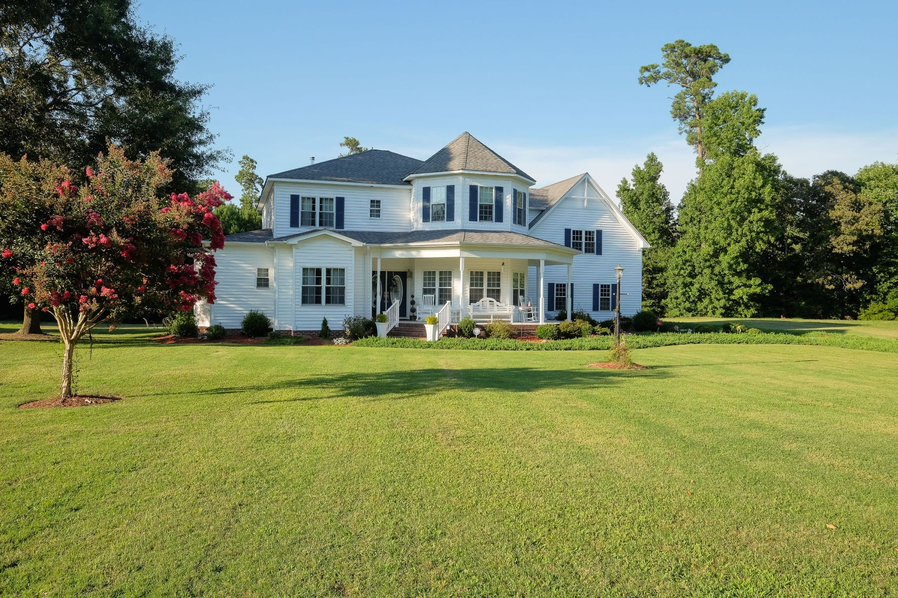 Single Family Homes for Sale at SPACIOUS VICTORIAN HOME IN GATED COMMUNITY 137 Lake Wood Dr Edenton, North Carolina 27932 United States