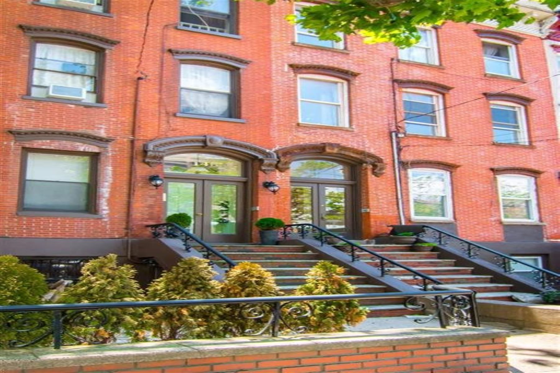 Multi-Family Homes pour l Vente à Investor's Dream! Excellent Condition legal 4 family brownstone. 145 Grand Street, Jersey City, New Jersey 07302 États-Unis