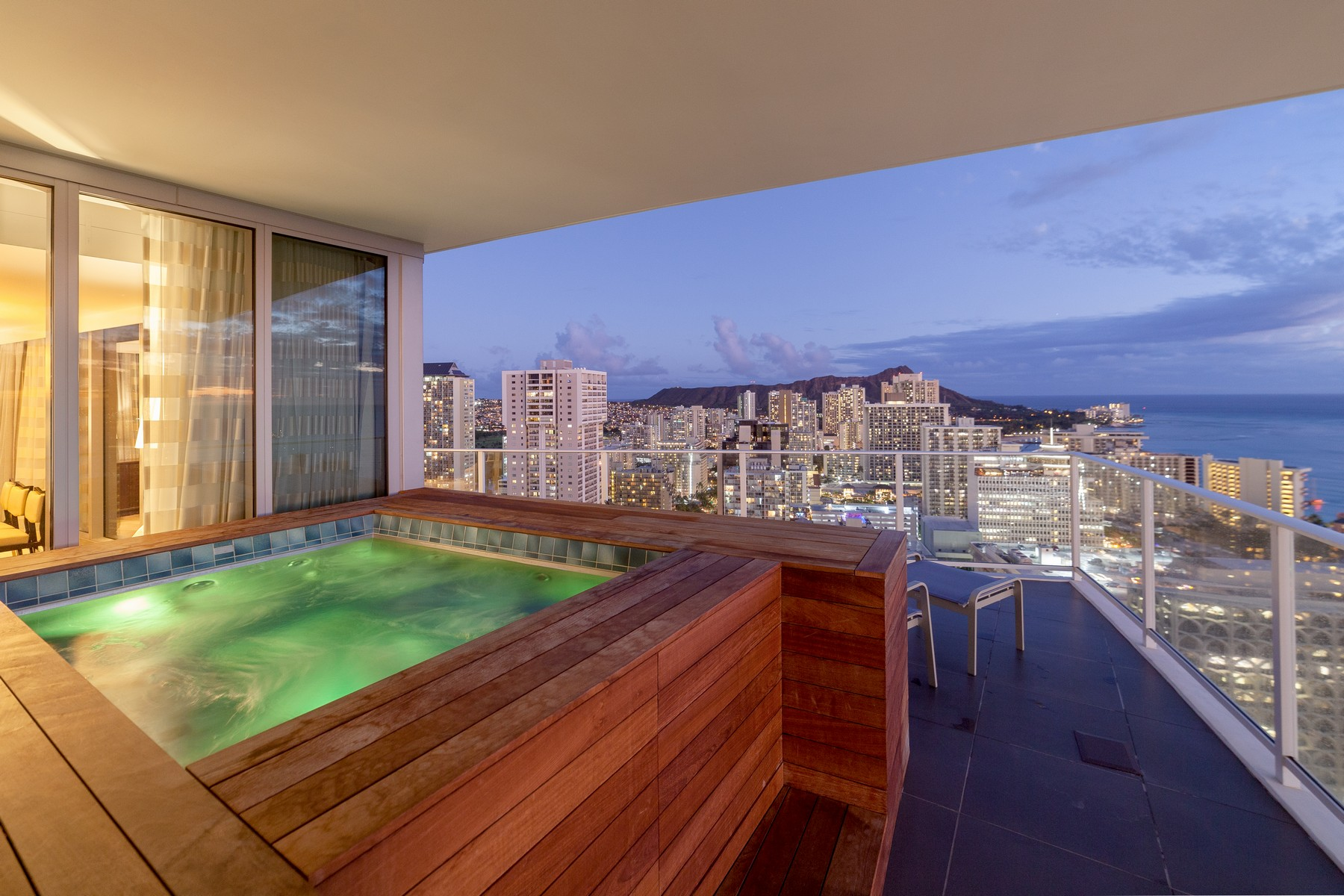 Condominiums 용 매매 에 Spectacular Ocean Views 2120 Lauula St #3506, Honolulu, 하와이 96815 미국