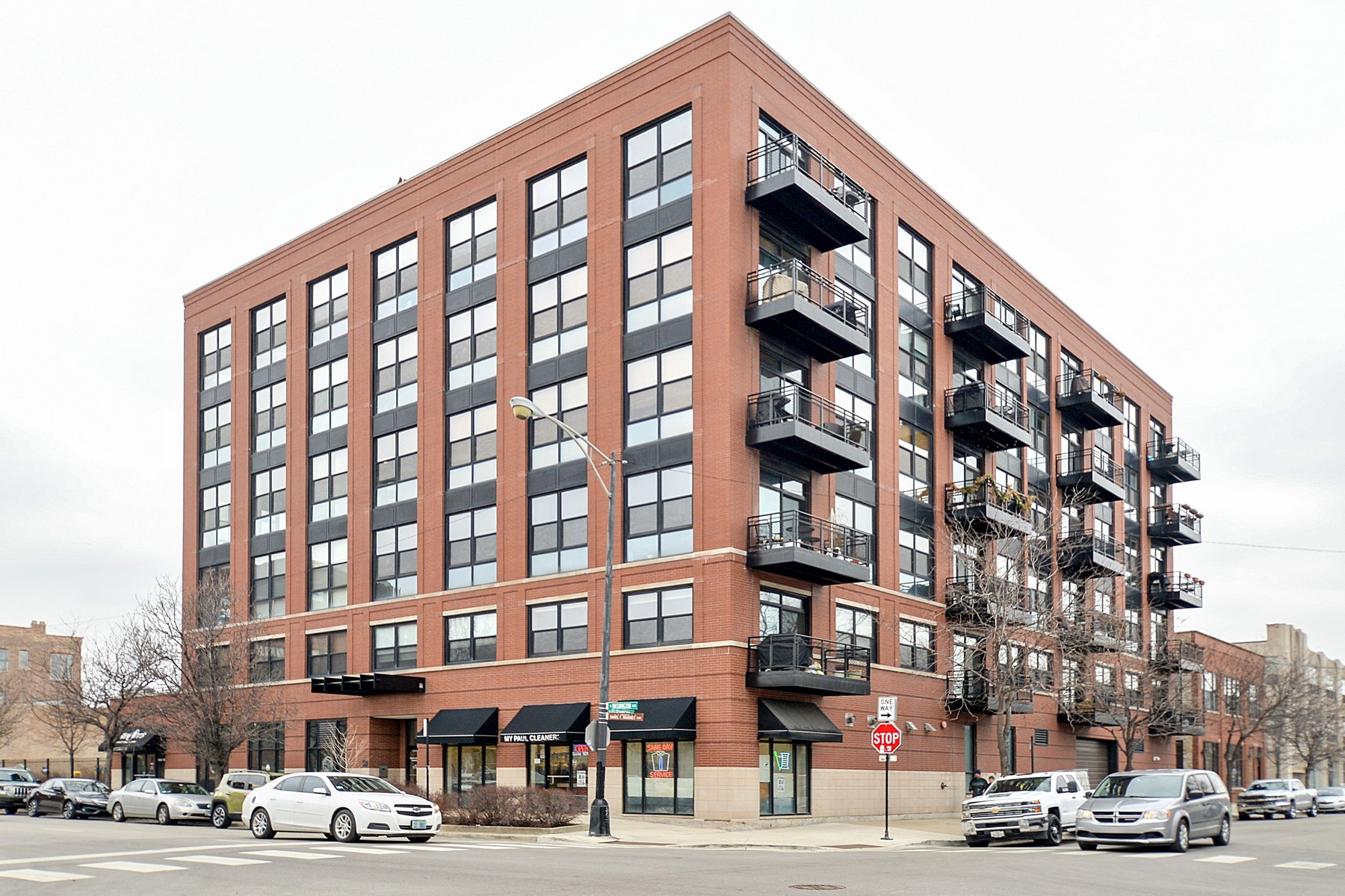 Condominium for Sale at Spacious & Bright 2 Bed/2 Bath in the Heart of West Loop 1260 W Washington Boulevard Unit 301, Near West Side, Chicago, Illinois, 60607 United States