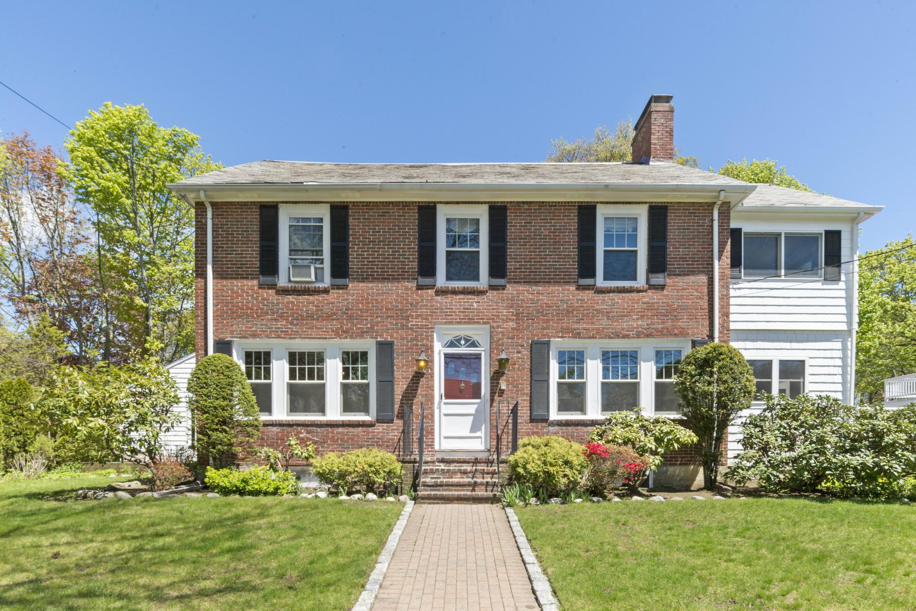 Maison unifamiliale pour l Vente à A true family home 8 Preston Beach Rd Marblehead, Massachusetts, 01945 États-Unis
