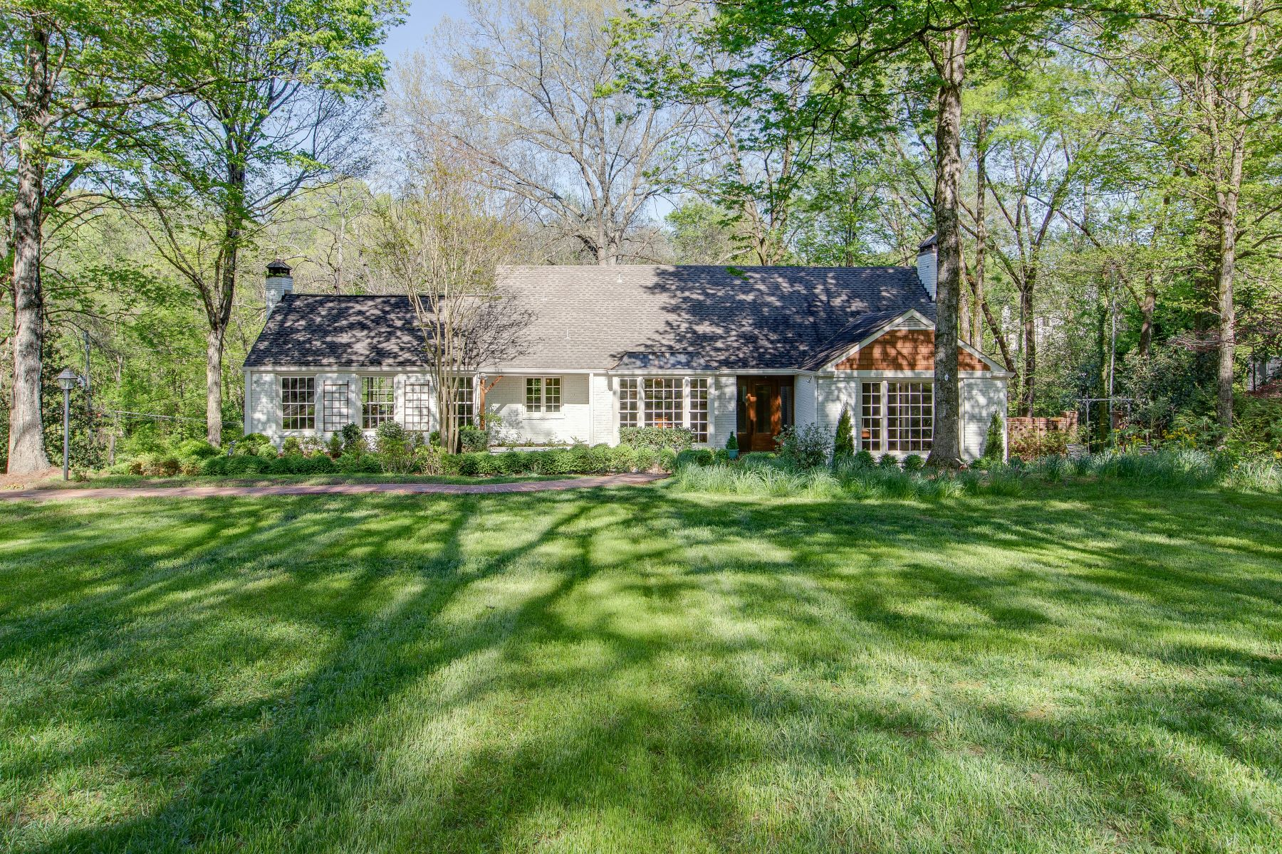Single Family Homes pour l Vente à Belle Meade Beauty on Picturesque Lot 408 Sunnyside Drive, Nashville, Tennessee 37205 États-Unis