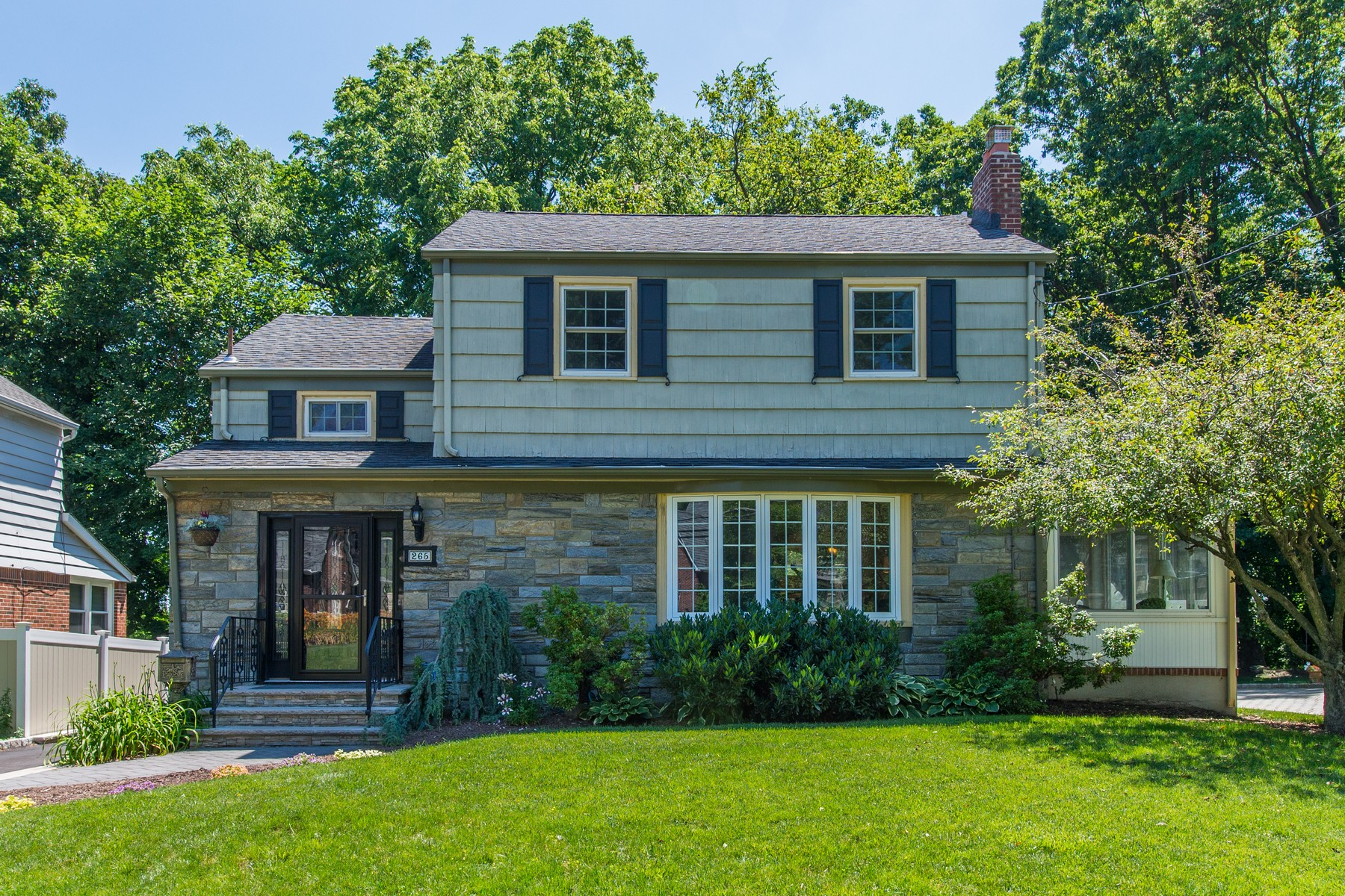 Single Family Homes للـ Sale في Desirable Brookdale!! 265 Essex Avenue, Bloomfield, New Jersey 07003 United States