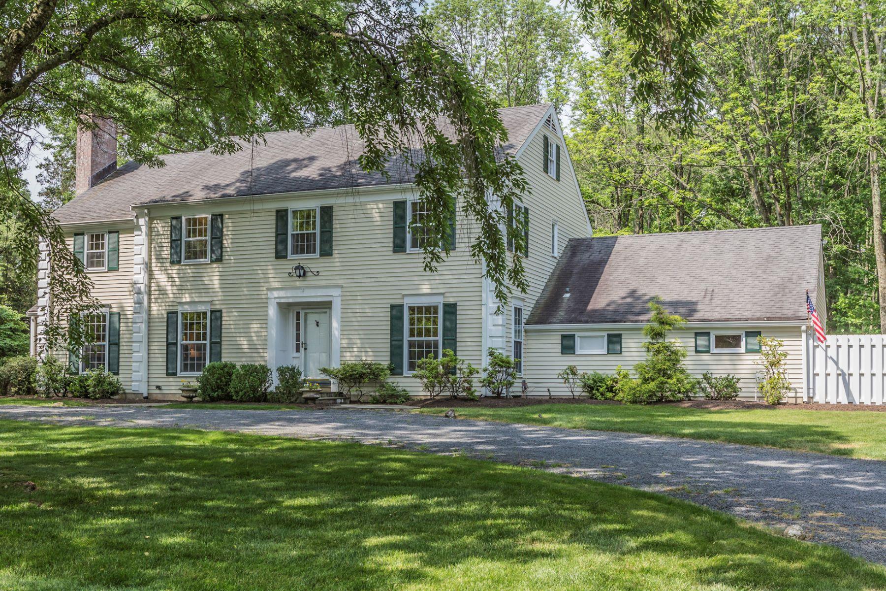 Частный односемейный дом для того Продажа на Classic, Center Hall Beauty 54 Montadale Drive Princeton, Нью-Джерси, 08540 Соединенные Штаты