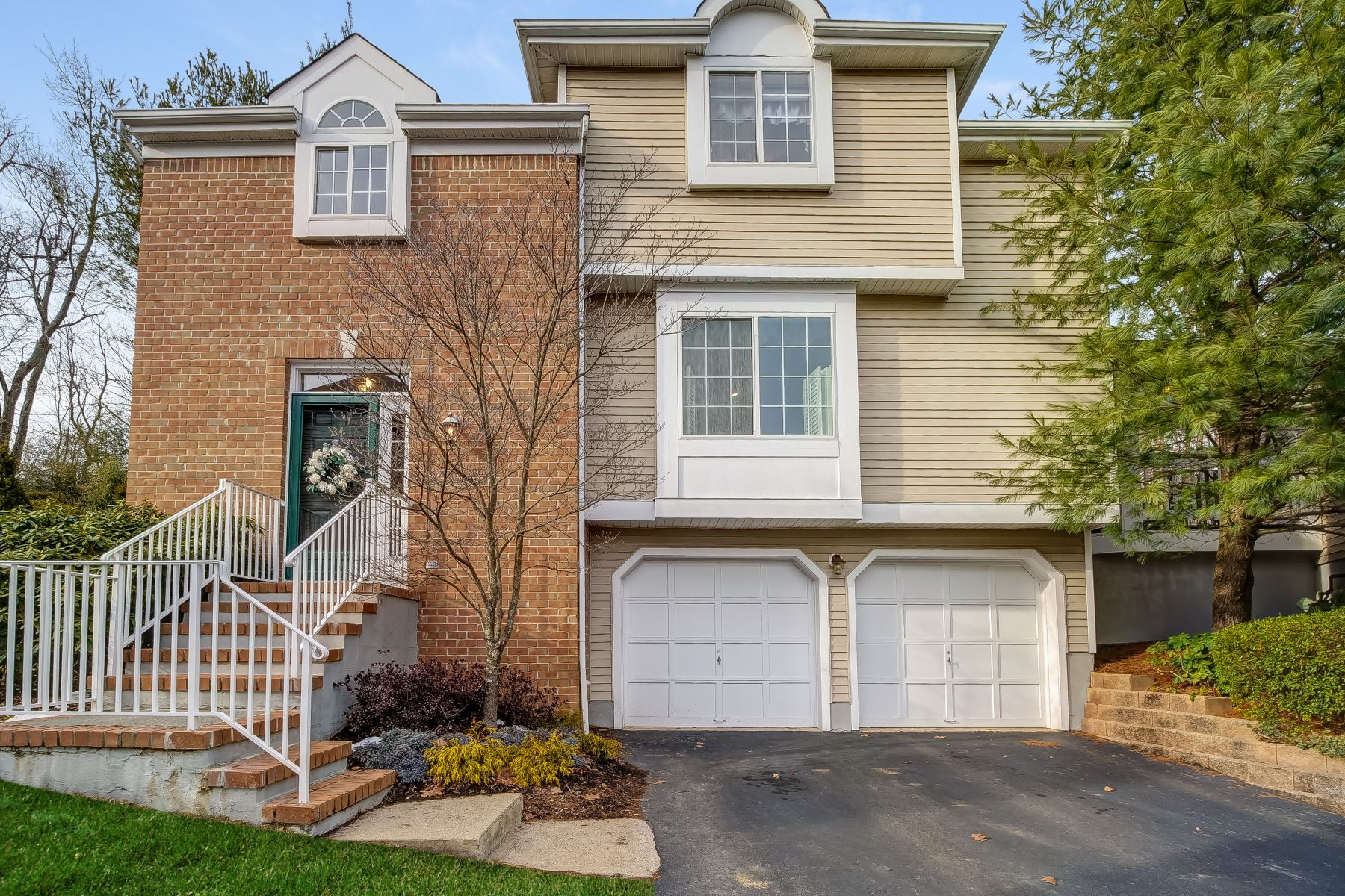 townhouses للـ Sale في Serene Townhome 24 Schindler Terrace, Long Hill Township, New Jersey 07933 United States