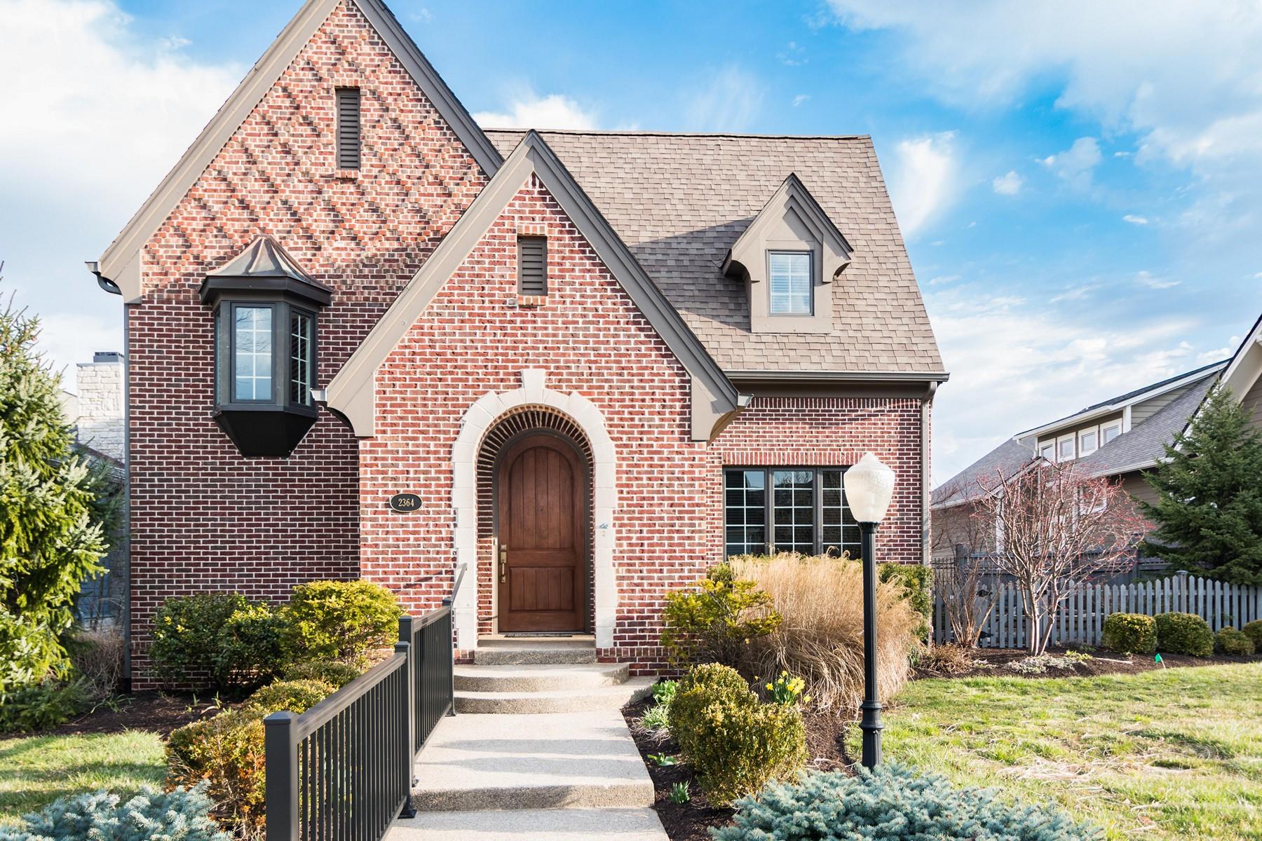 Casa Unifamiliar por un Venta en Impeccable Brick Tudor Home 2364 Shaftesbury Road Carmel, Indiana, 46032 Estados Unidos