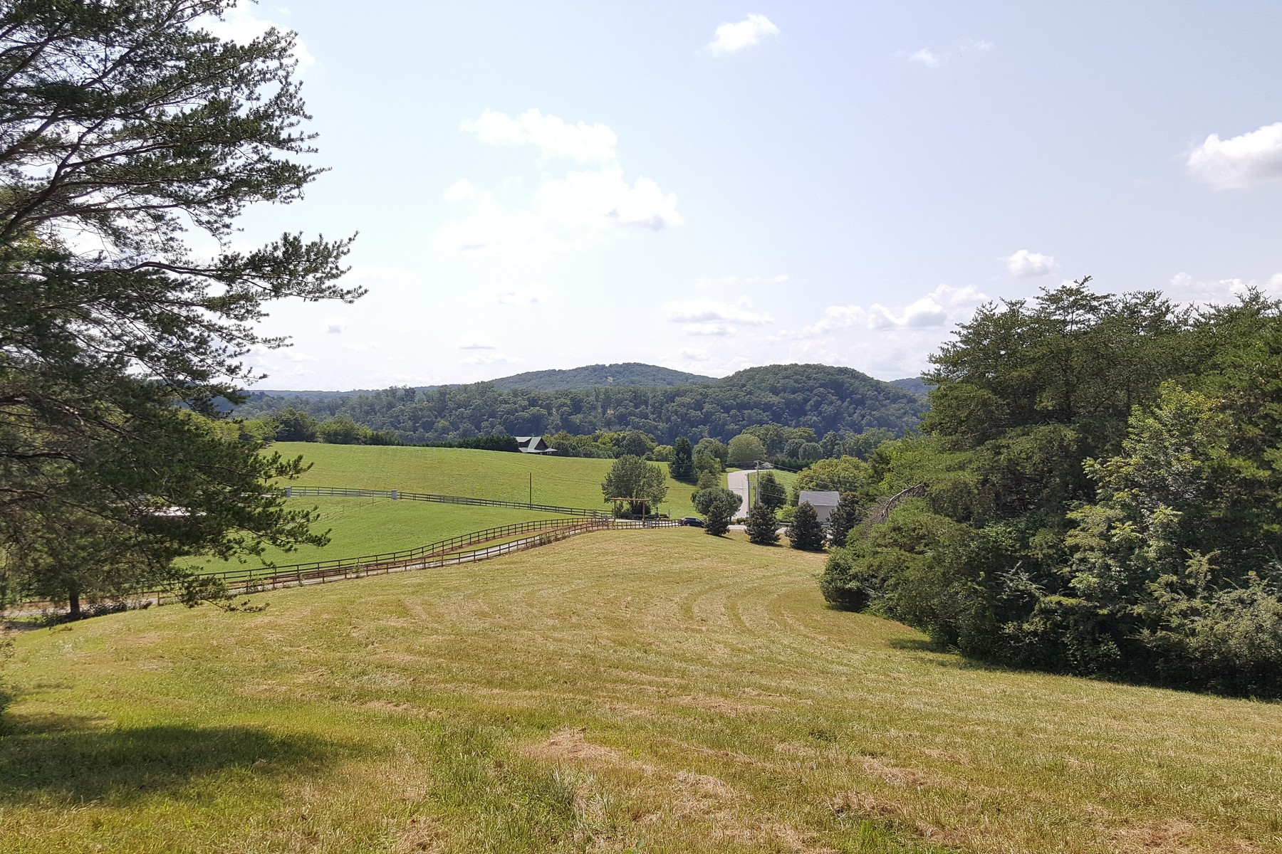 أراضي للـ Sale في Scenic Views From 23.7 Acres Little Dogwood Road, Kingston, Tennessee 37763 United States