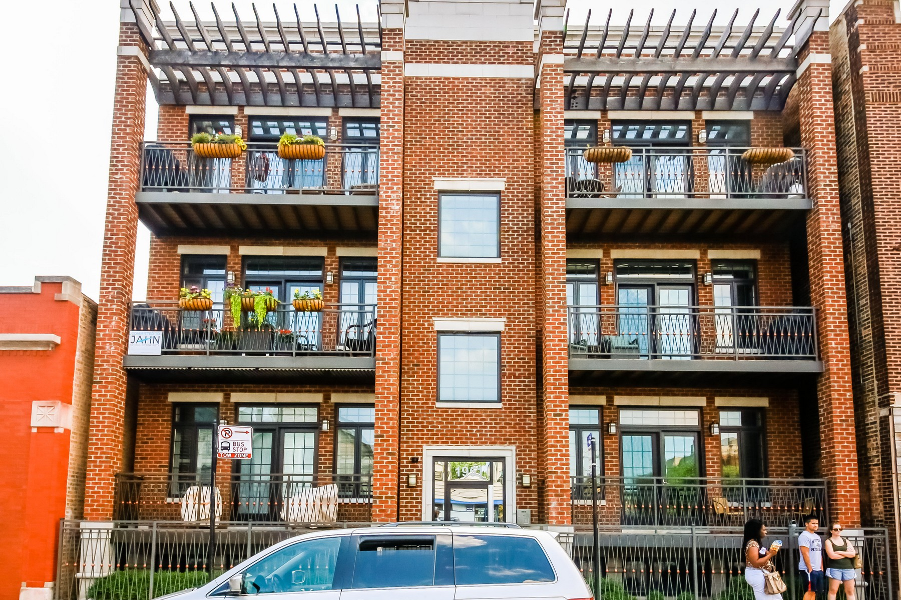 Condomínio para Venda às Roscoe Village Condo 1951 W Belmont Avenue Unit 2W Chicago, Illinois, 60657 Estados Unidos