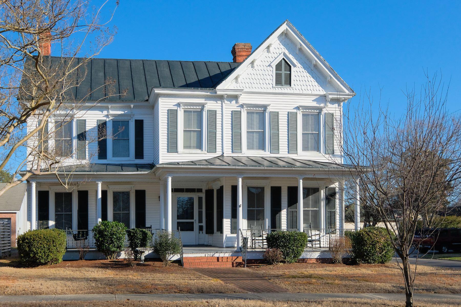 独户住宅 为 销售 在 SOUTHERN CHARM 209 S Granville St, 登顿, 北卡罗来纳州, 27932 美国