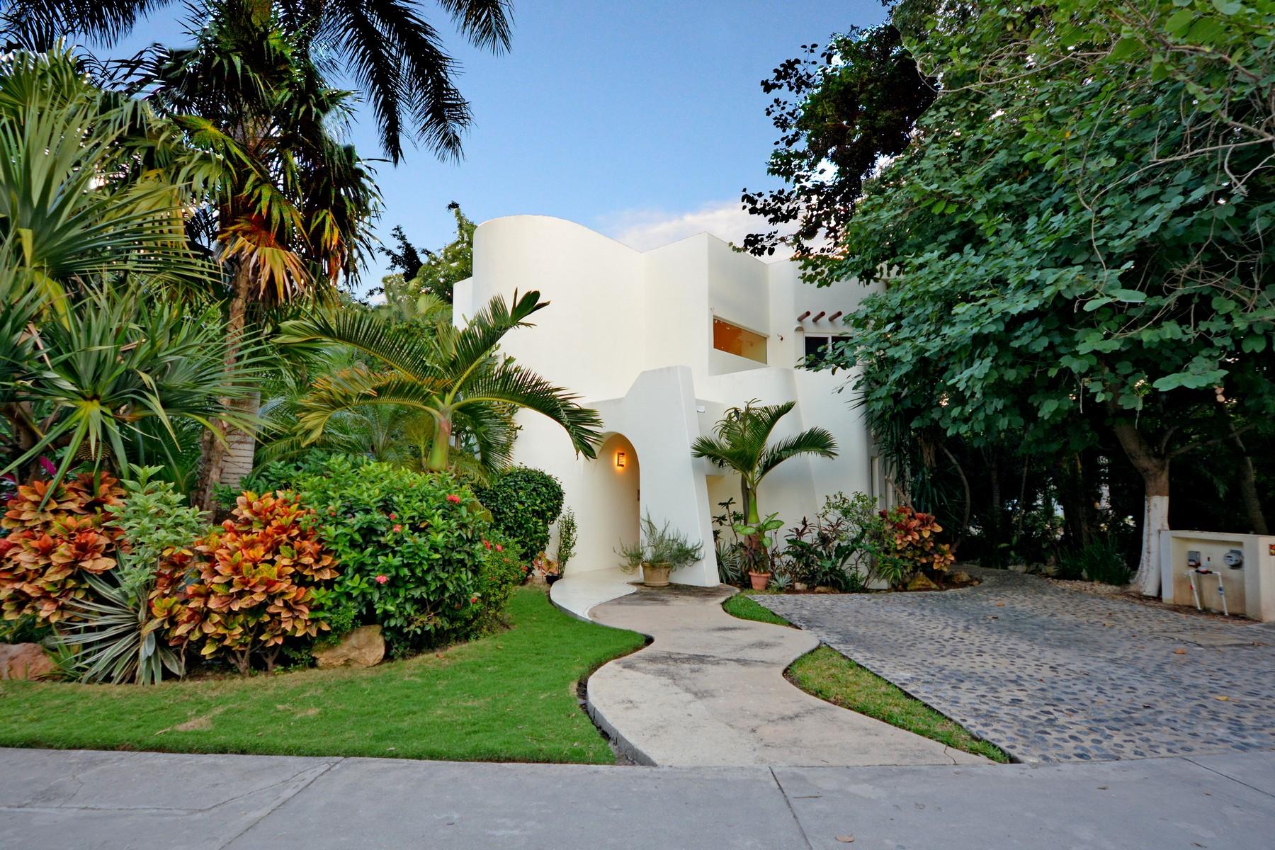 Casa Unifamiliar por un Venta en CASA CARLOTTA Casa Carlotta Paseo Xaman Ha, lot 53, mza 22, Club Real Playa Del Carmen, Quintana Roo 77710 México