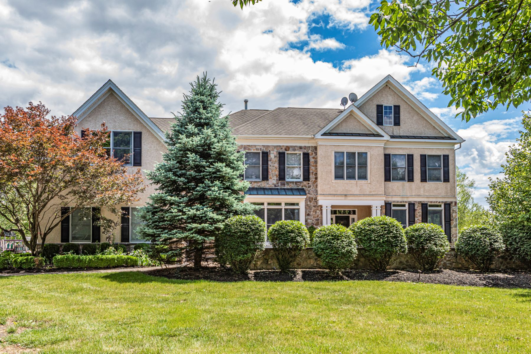 Single Family Homes للـ Sale في Gracious and Spacious In A Beloved Neighborhood 37 Van Zandt Road, Skillman, New Jersey 08558 United States