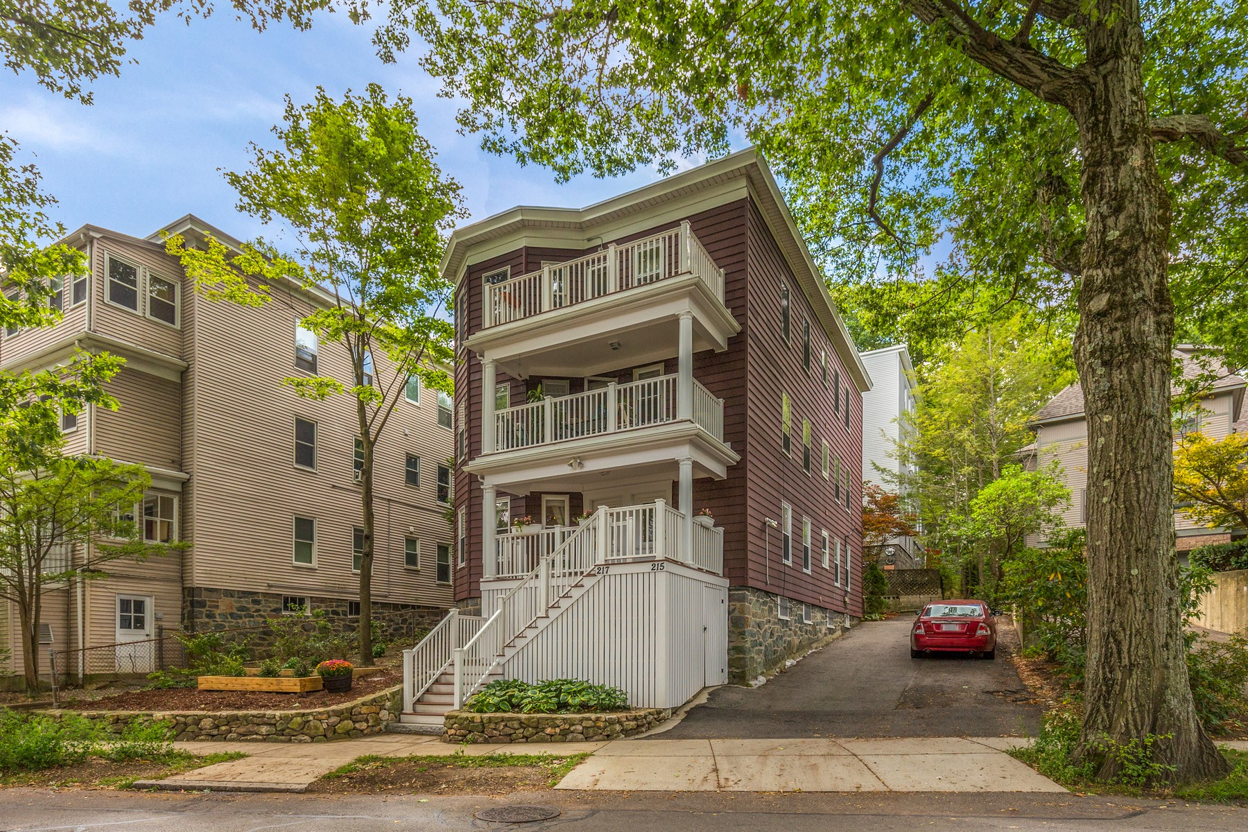 Кондоминиум для того Продажа на Well Maintained Condominium - Chestnut Hill Neighborhood 215 Crafts Road - Unit 1 Brookline, Массачусетс, 02467 Соединенные Штаты