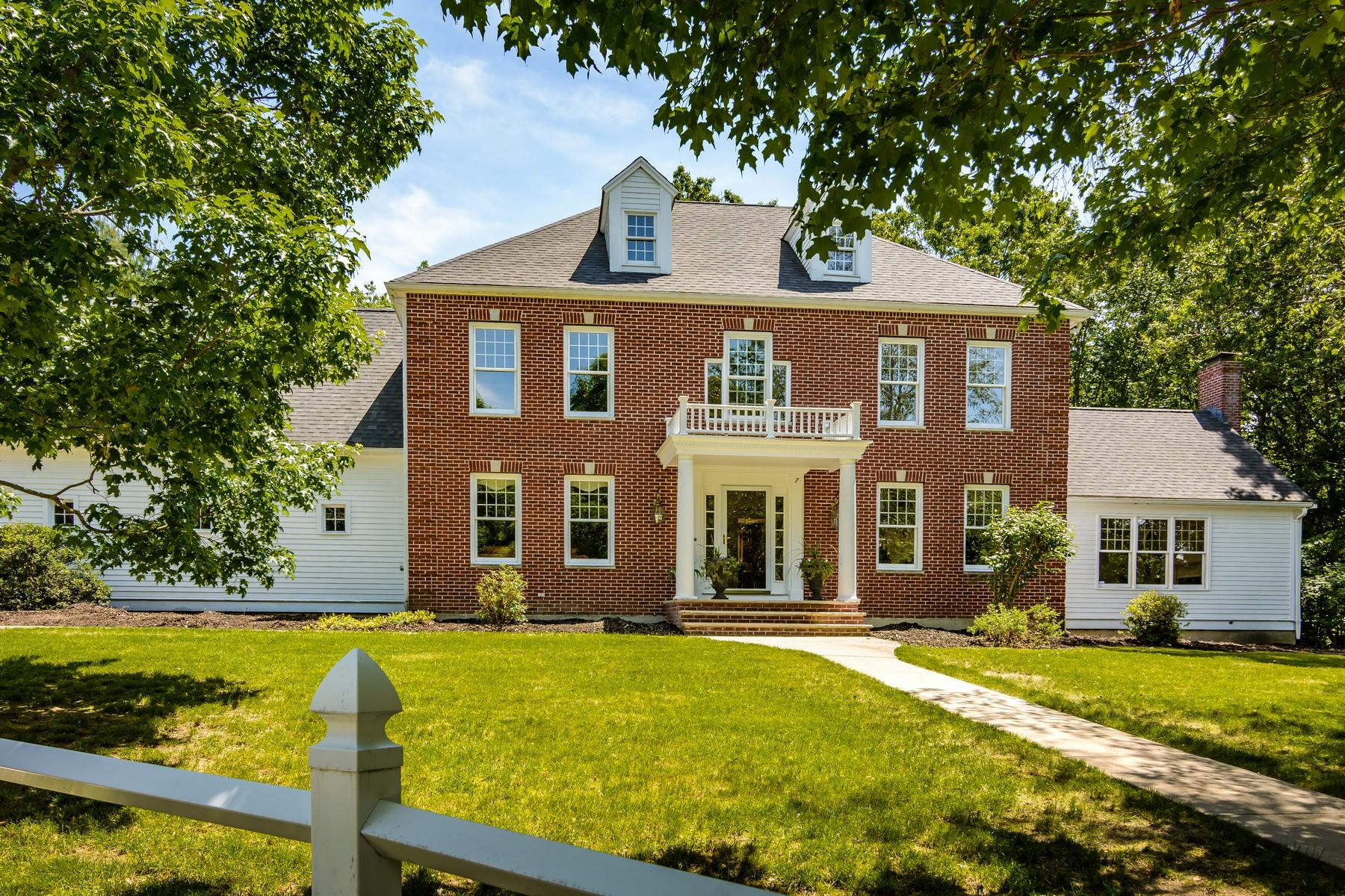 Single Family Homes 为 销售 在 Classic Brick Front Colonial 7 Samuel Harrington Road, 斯特伯鲁, 马萨诸塞州 01581 美国