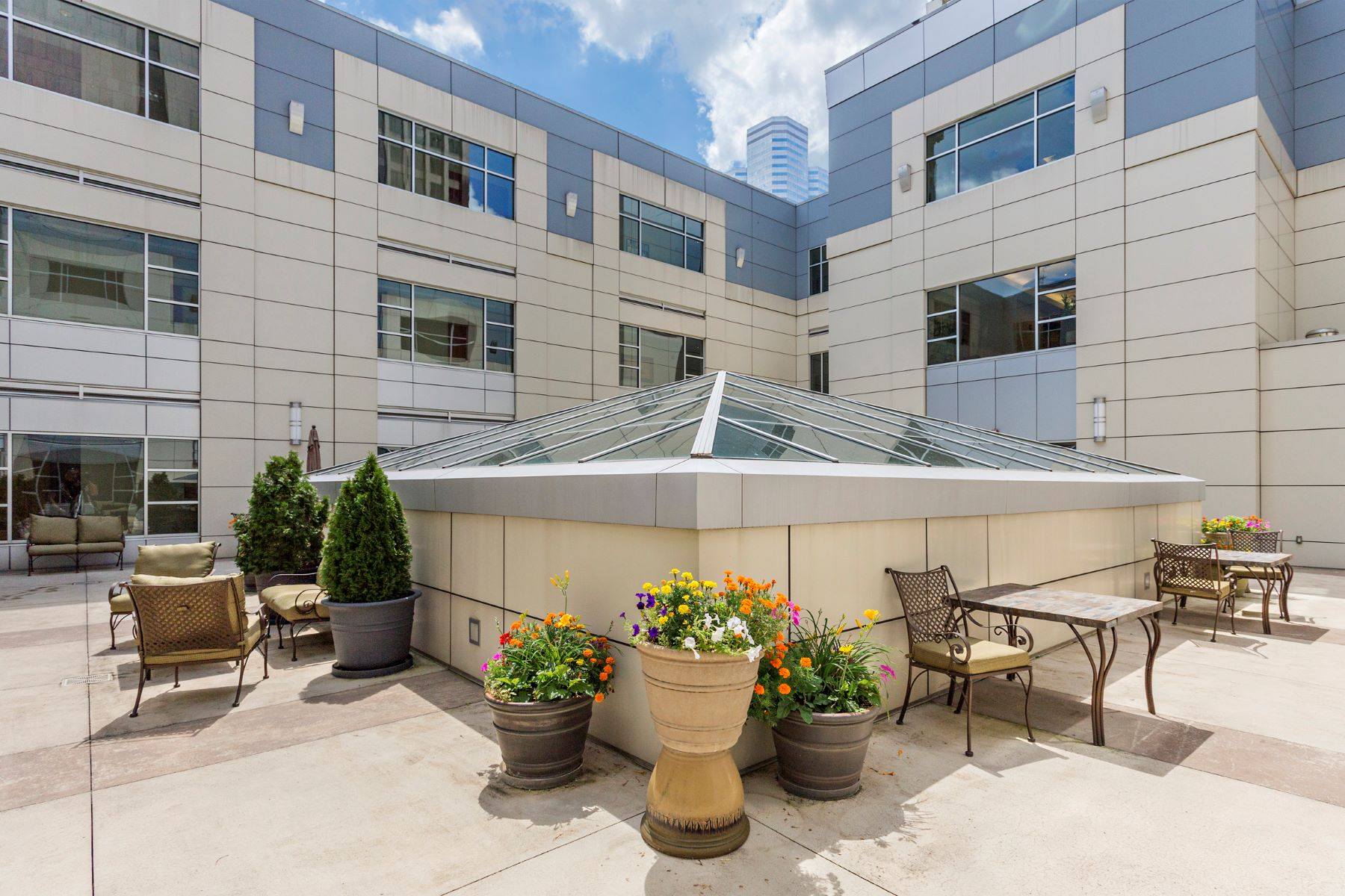 Additional photo for property listing at Downtown Condominium with City Views 301 5th Avenue No. 611 Pittsburgh, Pennsylvania 15222 United States
