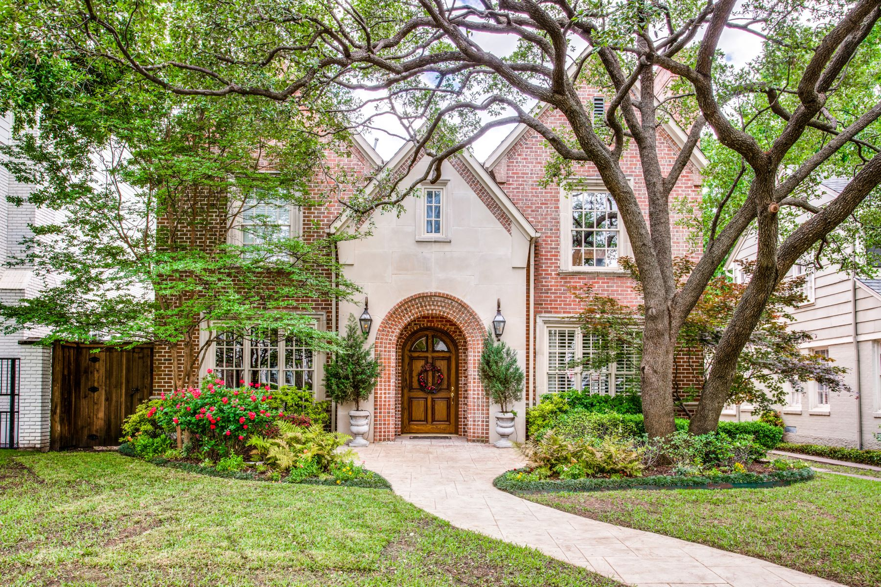 Single Family Homes for Sale at 3909 Bryn Mawr Drive University Park, Texas 75225 United States