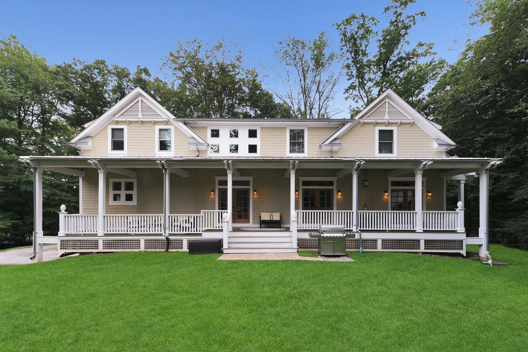 Single Family Homes voor Verkoop op STUNNING REAR COVERED PORCH 93 Dimmig Rd, Upper Saddle River, New Jersey 07458 Verenigde Staten