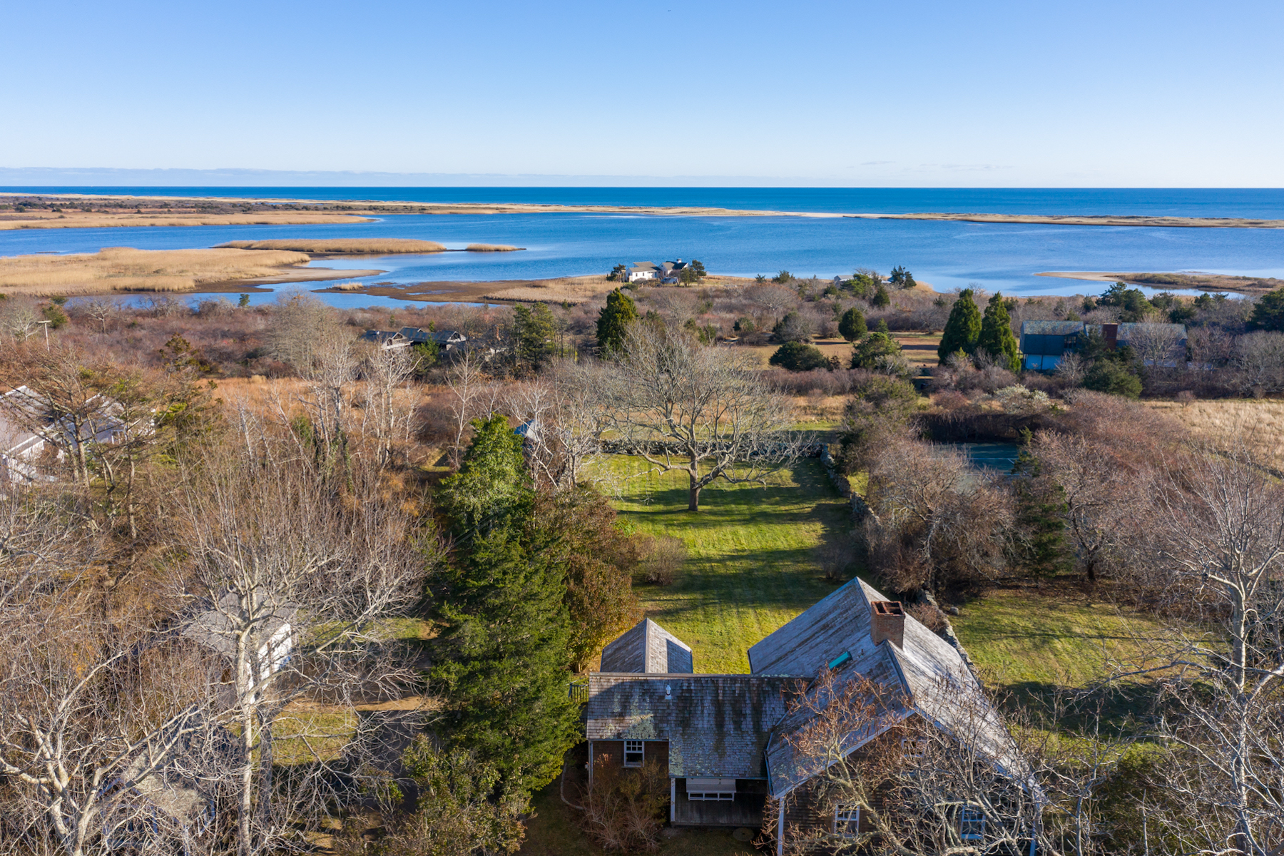 Single Family Homes 为 销售 在 Waterview Chilmark Farmhouse with Private Beach 260 South Road 尔马克镇, 马萨诸塞州 02535 美国